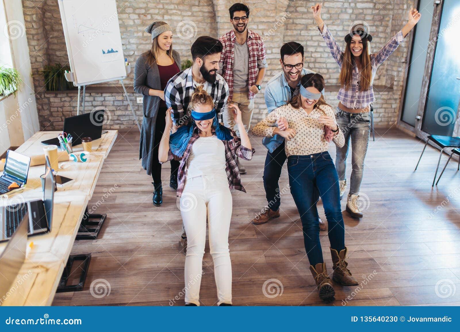 La gente di affari che fa l esercizio di allenamento del gruppo durante il team-building gioca della fiducia
