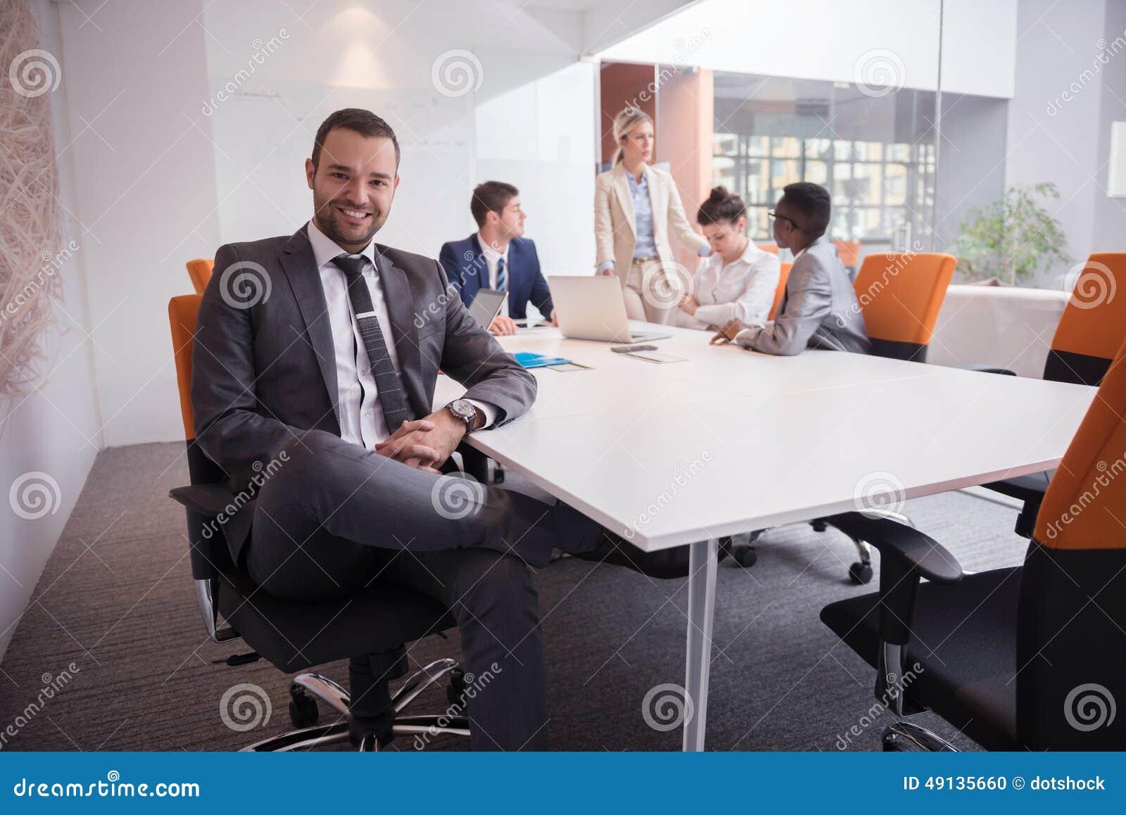 La gente di affari raggruppa all ufficio