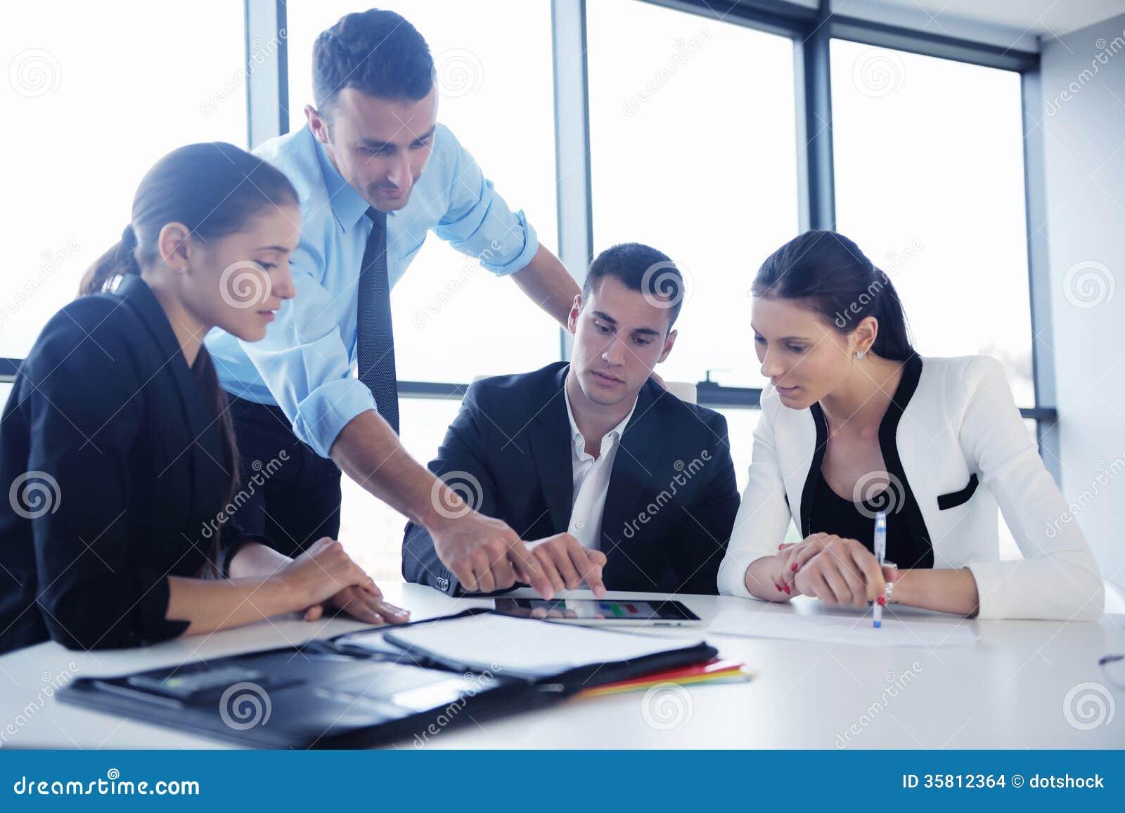 La gente di affari raggruppa in una riunione all ufficio