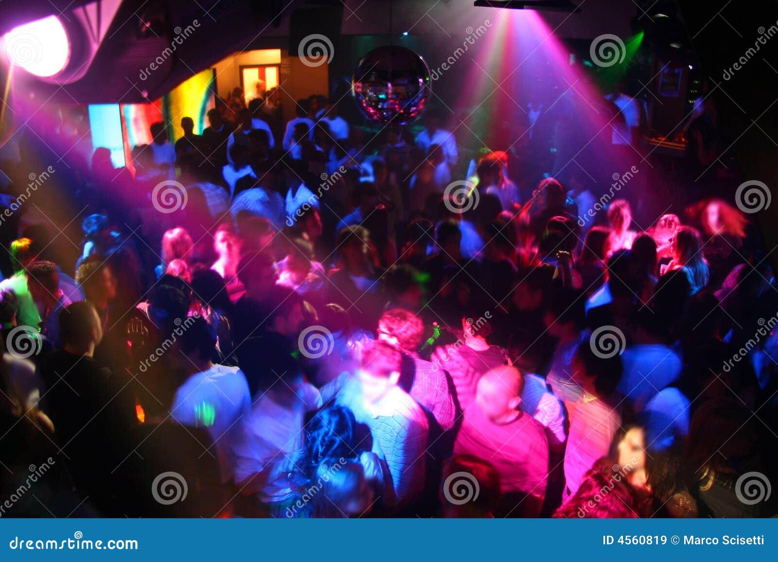 La gente di Dancing della discoteca