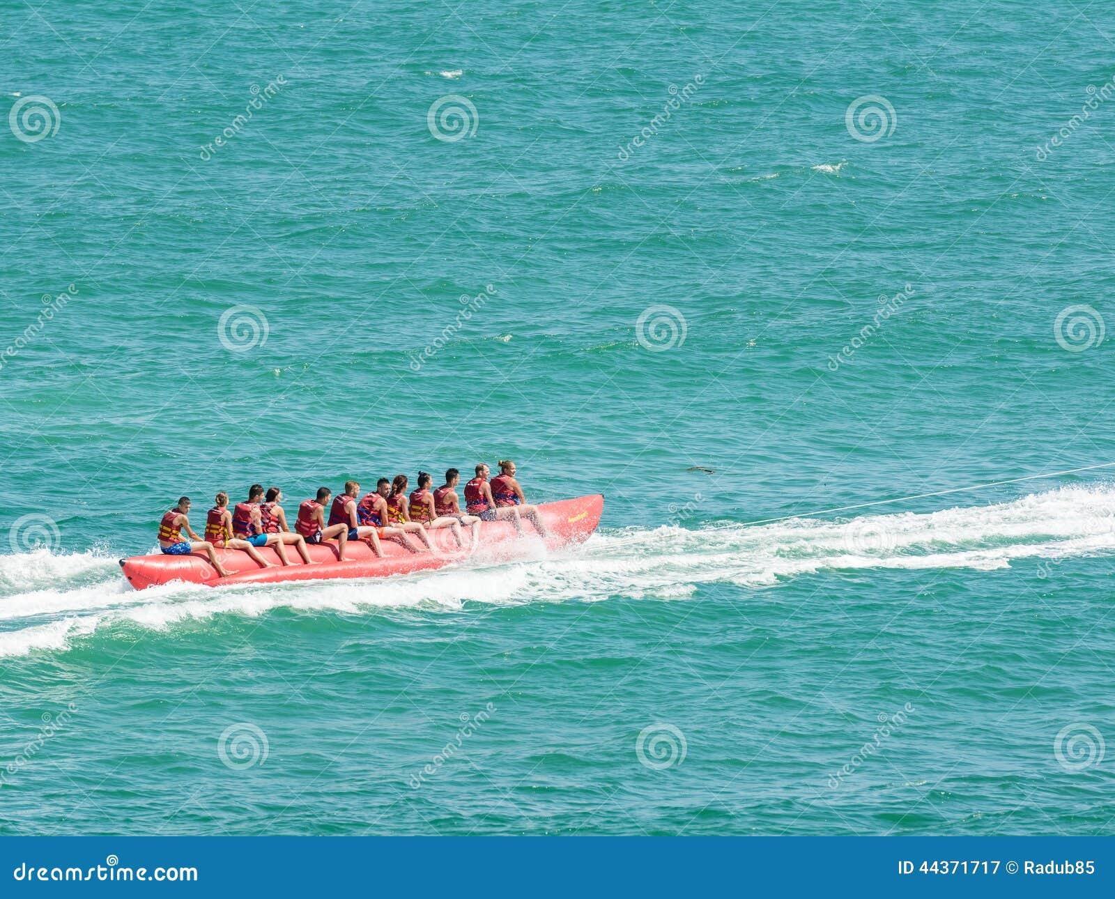 La gente divertendosi sul viaggio della banana