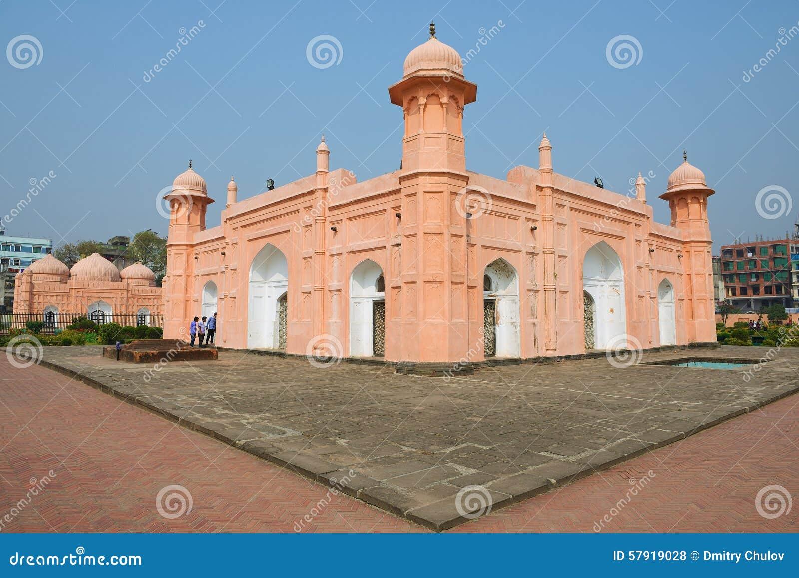 La gente esplora il mausoleo di Bibipari nella fortificazione in Dacca, Bangladesh di Lalbagh