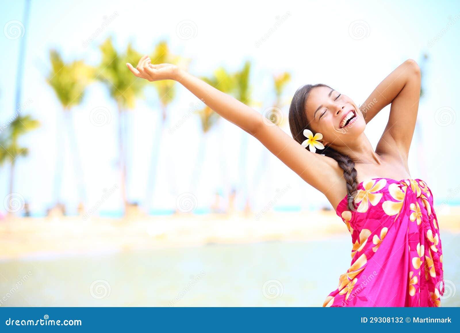 La gente felice sulla spiaggia viaggia - donna in sarong