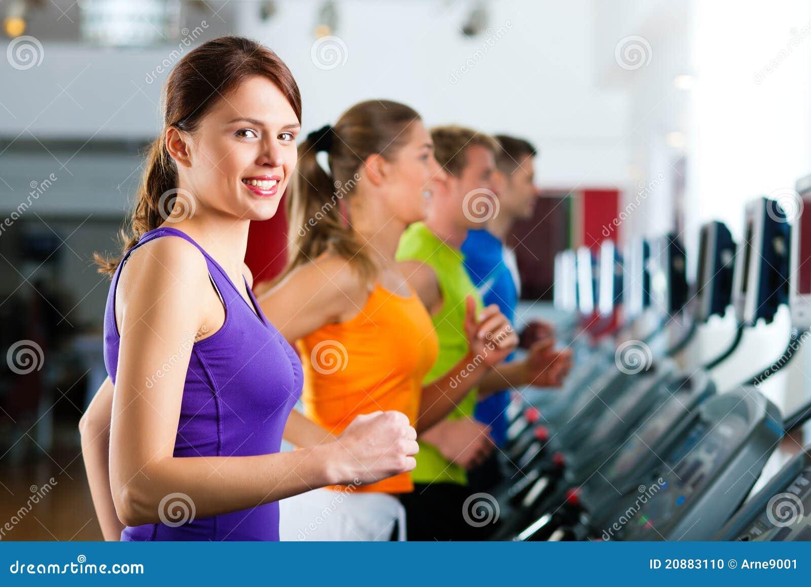 La gente in ginnastica su funzionamento della pedana mobile
