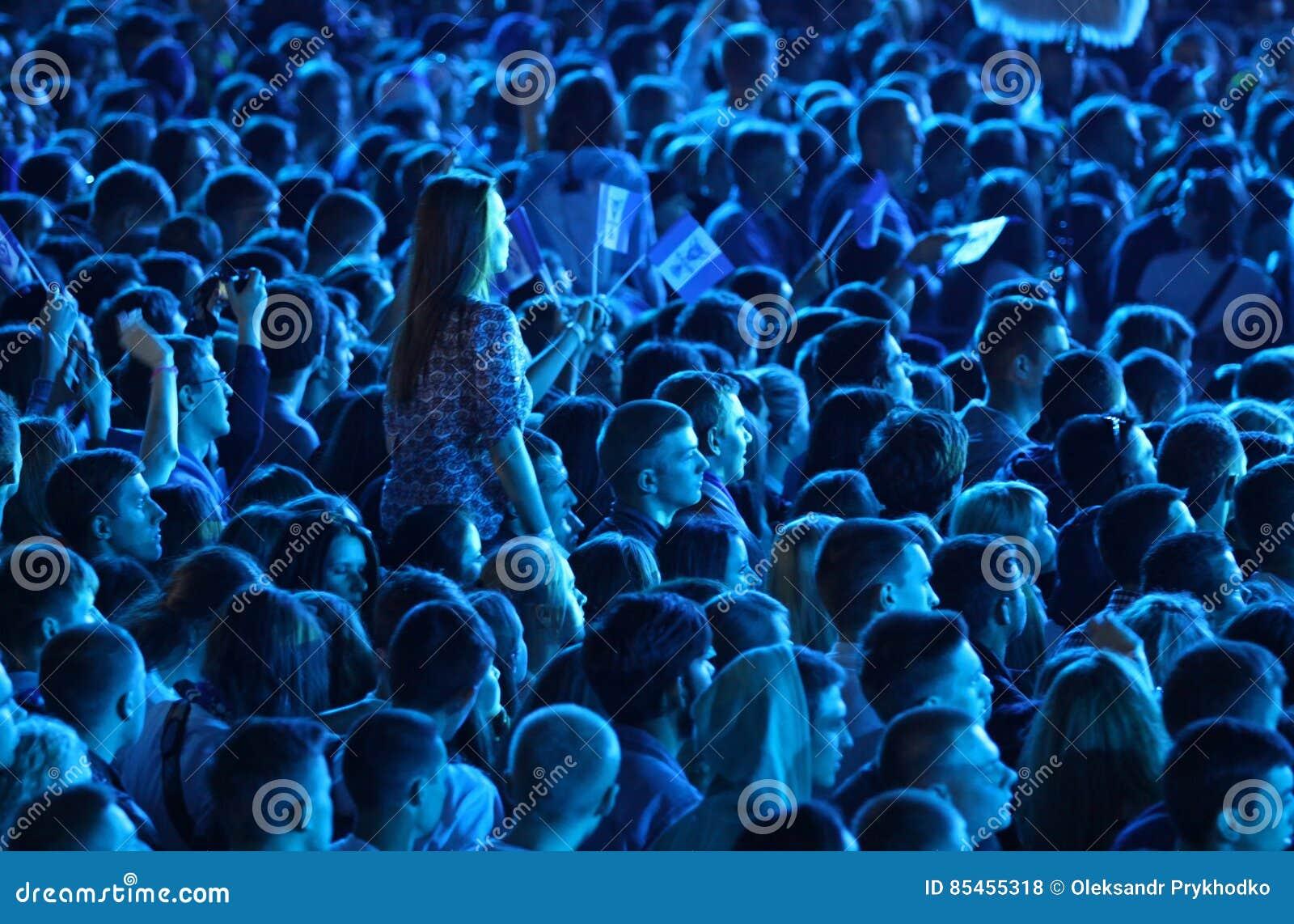 La gente gode del concerto rock ad uno stadio