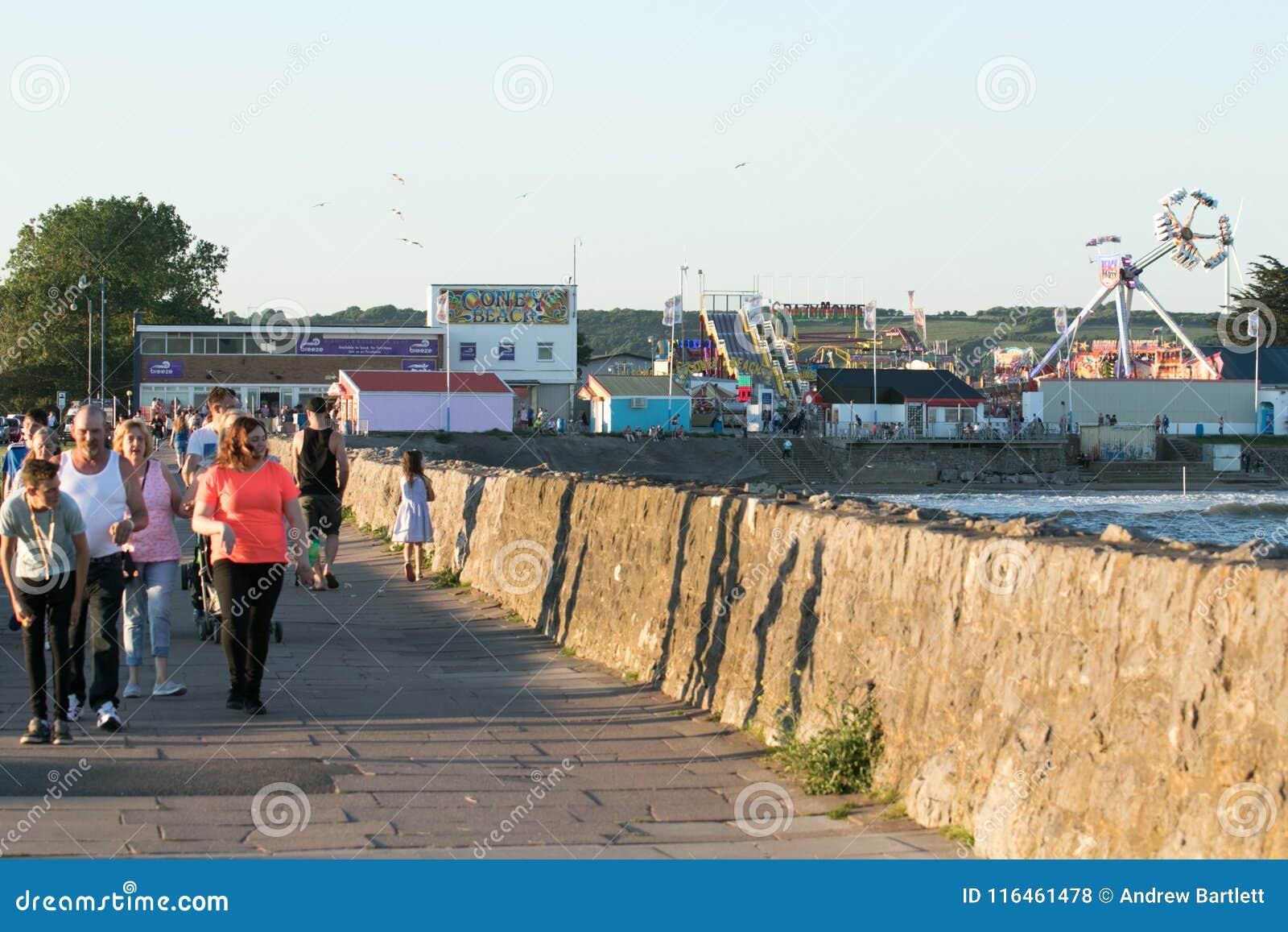 La gente goza del sol en Porthcawl, el Sur de Gales, Reino Unido
