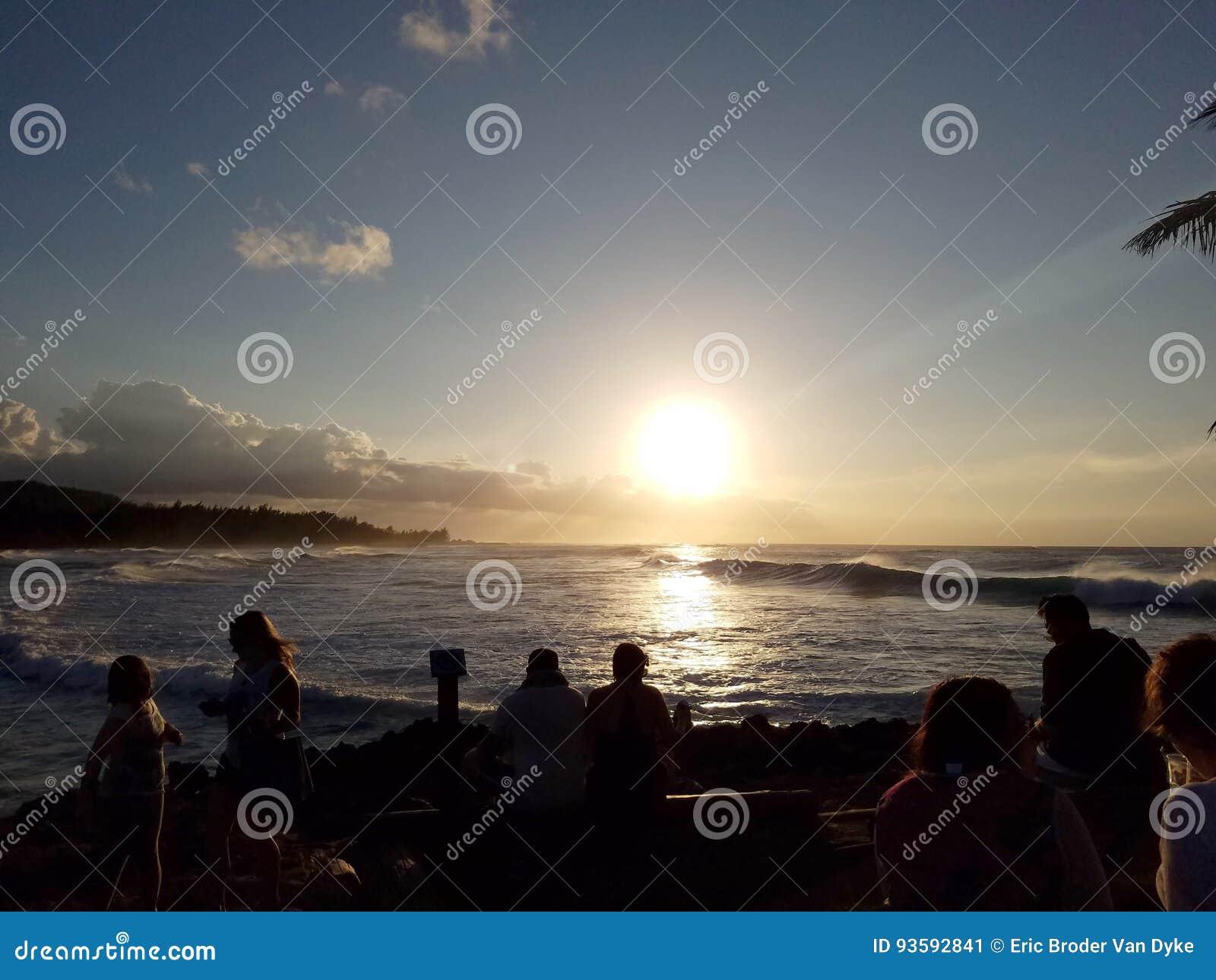 La Gente Guarda Il Bello Tramonto Sopra L oceano Immagine Stock ... 641f1e74aad