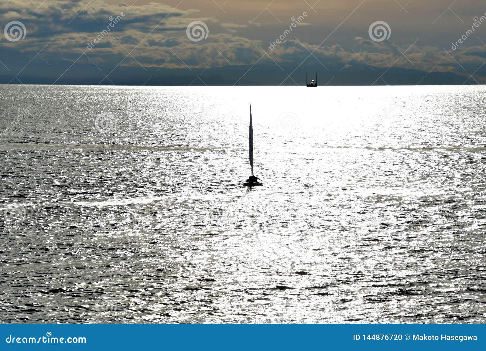 La gente impara come navigare una barca