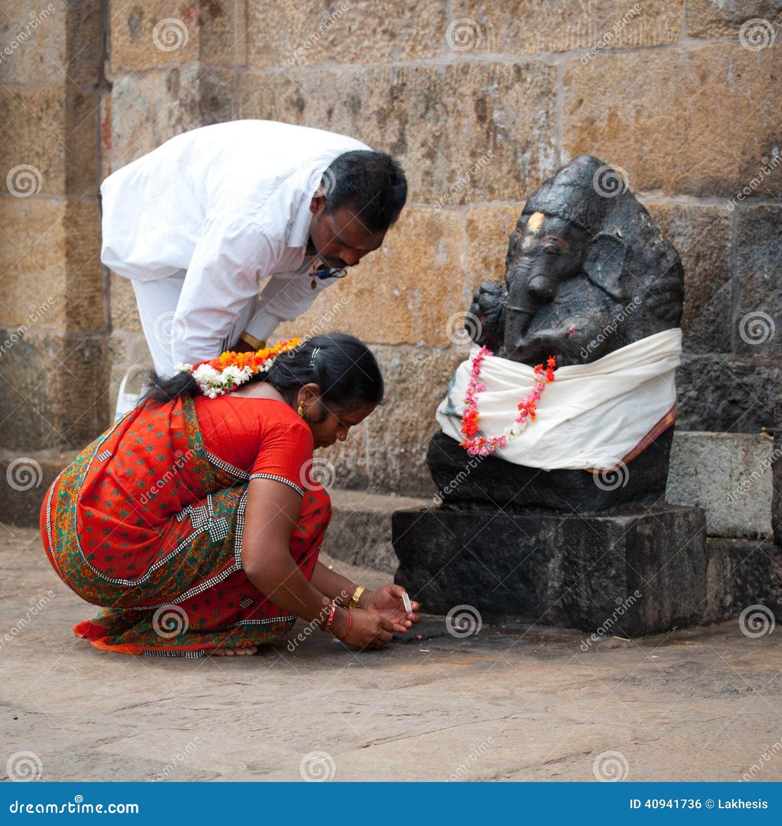 La gente india trae ofrendas a Ganesha en el templo de Gangaikonda Cholapuram La India, Tamil Nadu, Thanjavur (Trichy)