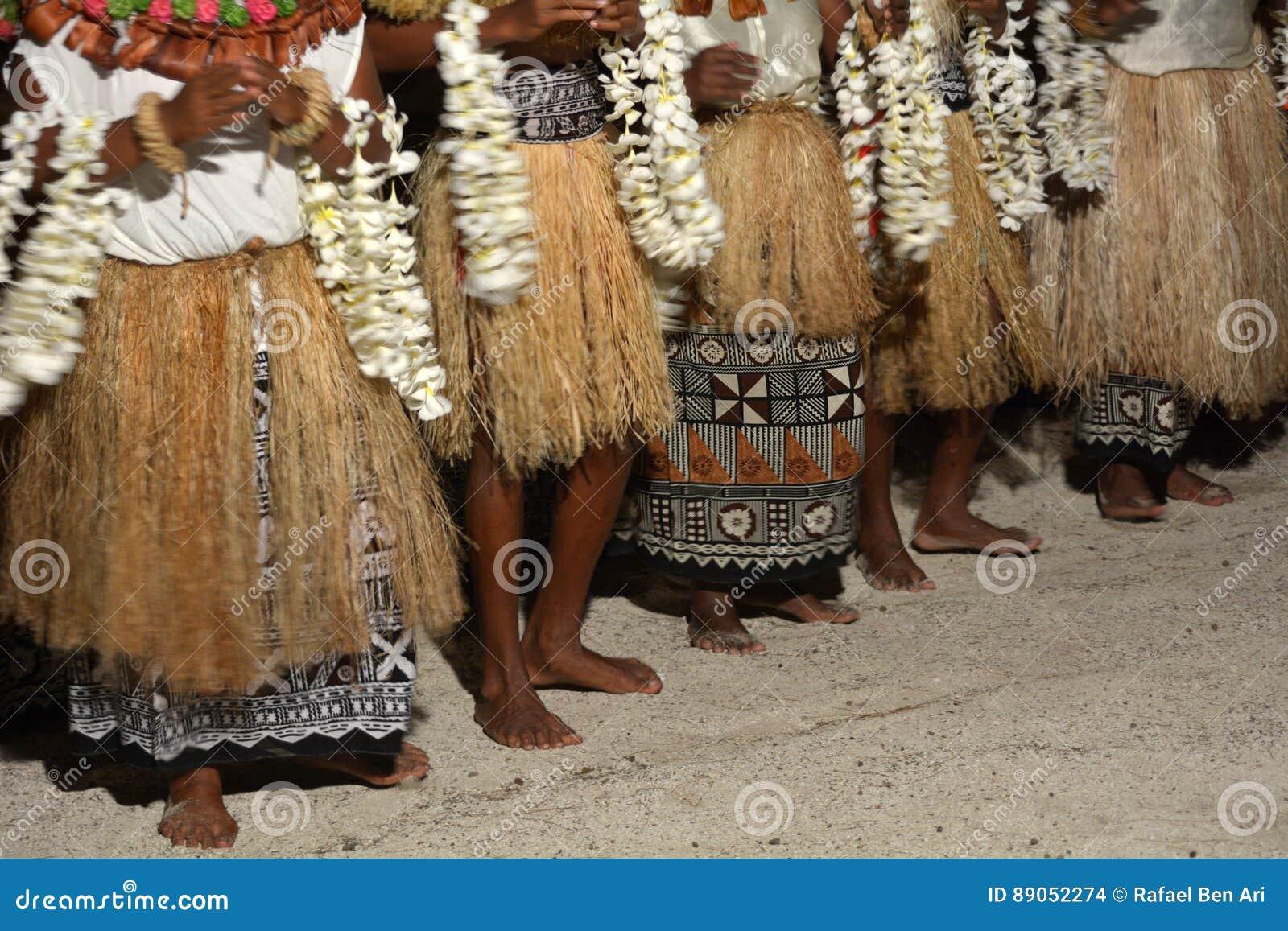La gente indigena del Fijian canta e balla in Figi