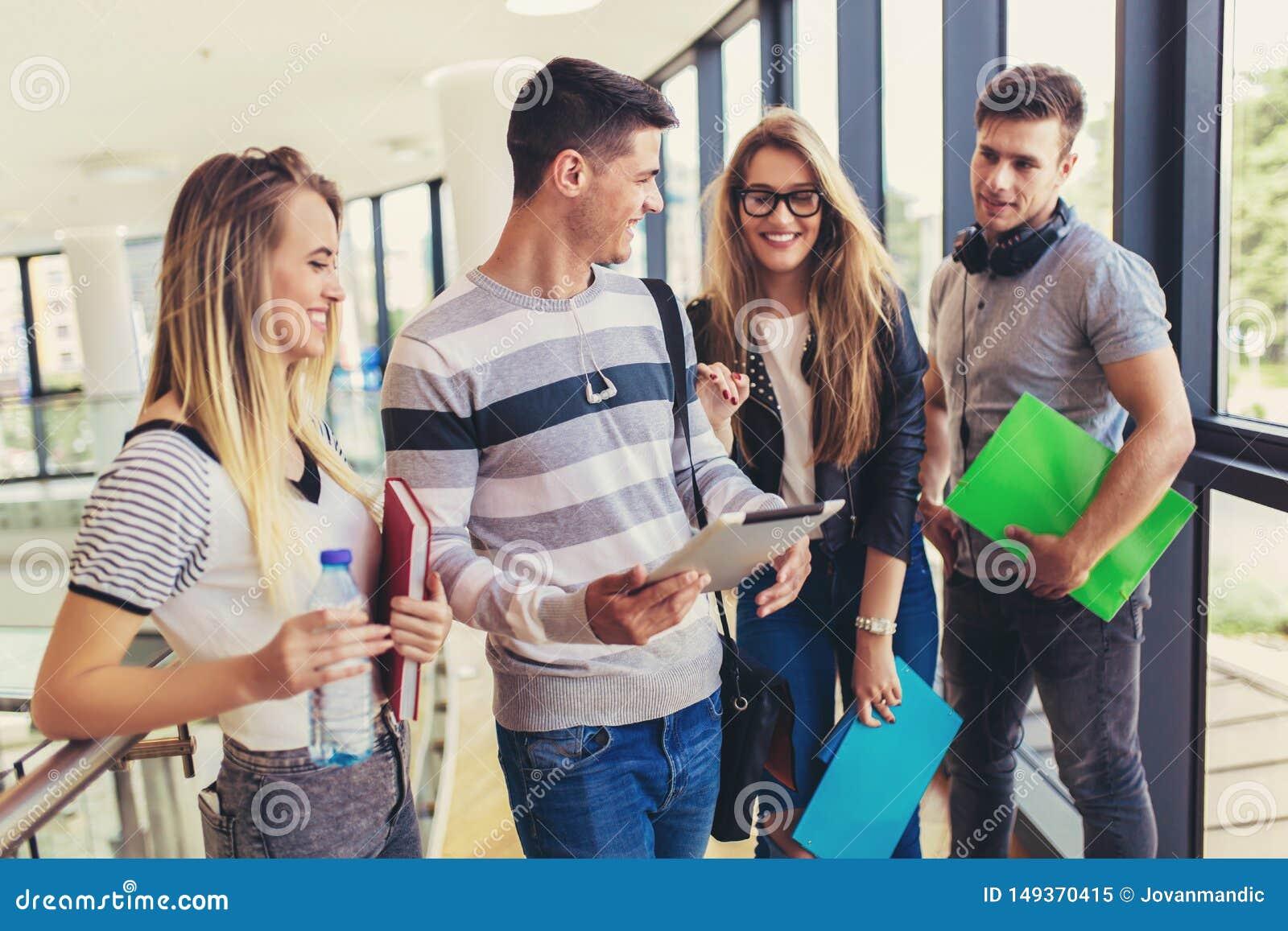 La gente joven est? estudiando junta en universidad