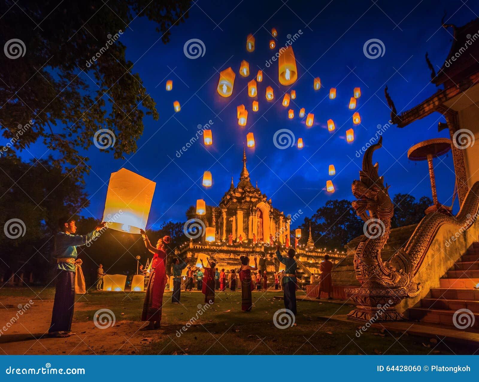 La gente libera Khom Loi, le lanterne del cielo a Wat Phra Yuen