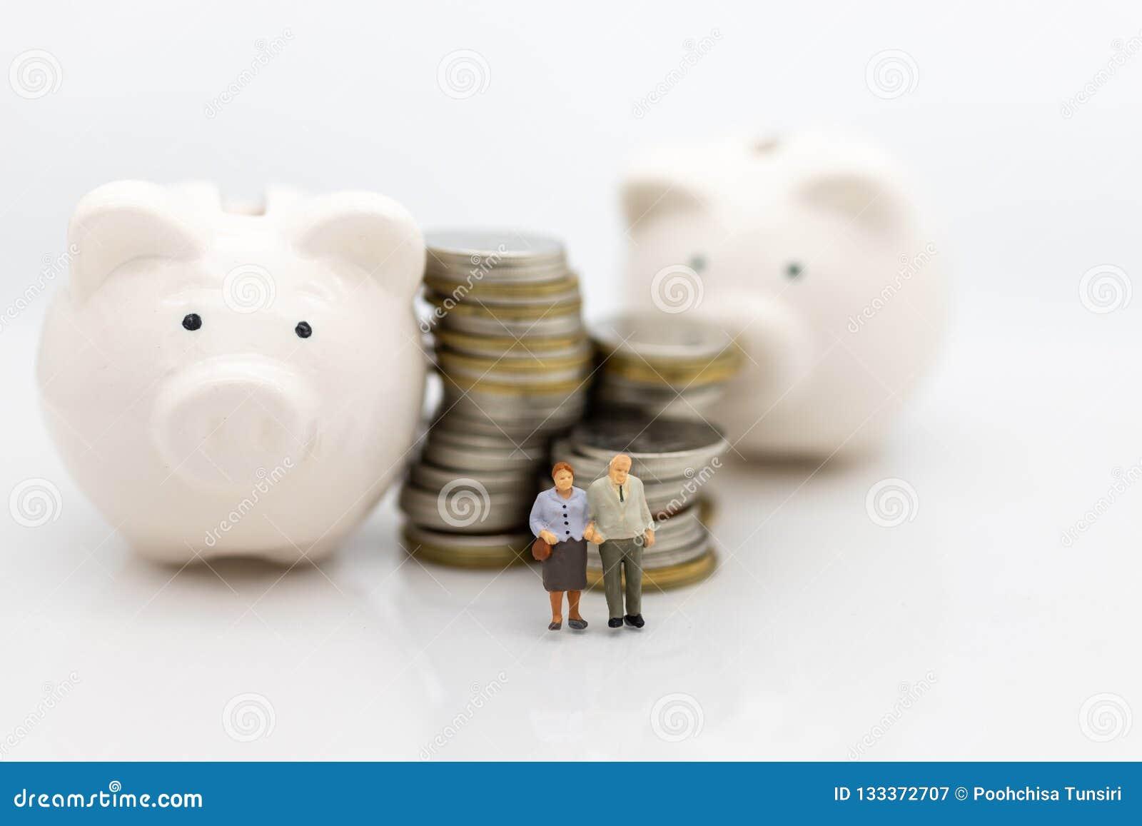 La gente miniatura, los viejos pares figura sentarse encima de monedas de la pila usando como planificación de la jubilación del