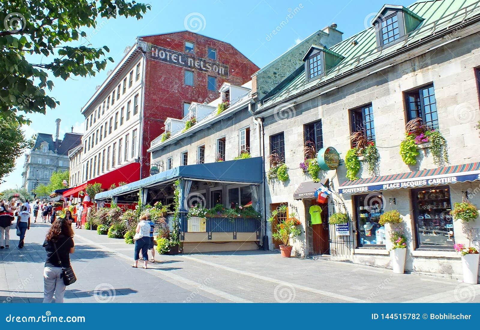 La gente muele sobre las calles en Montreal vieja