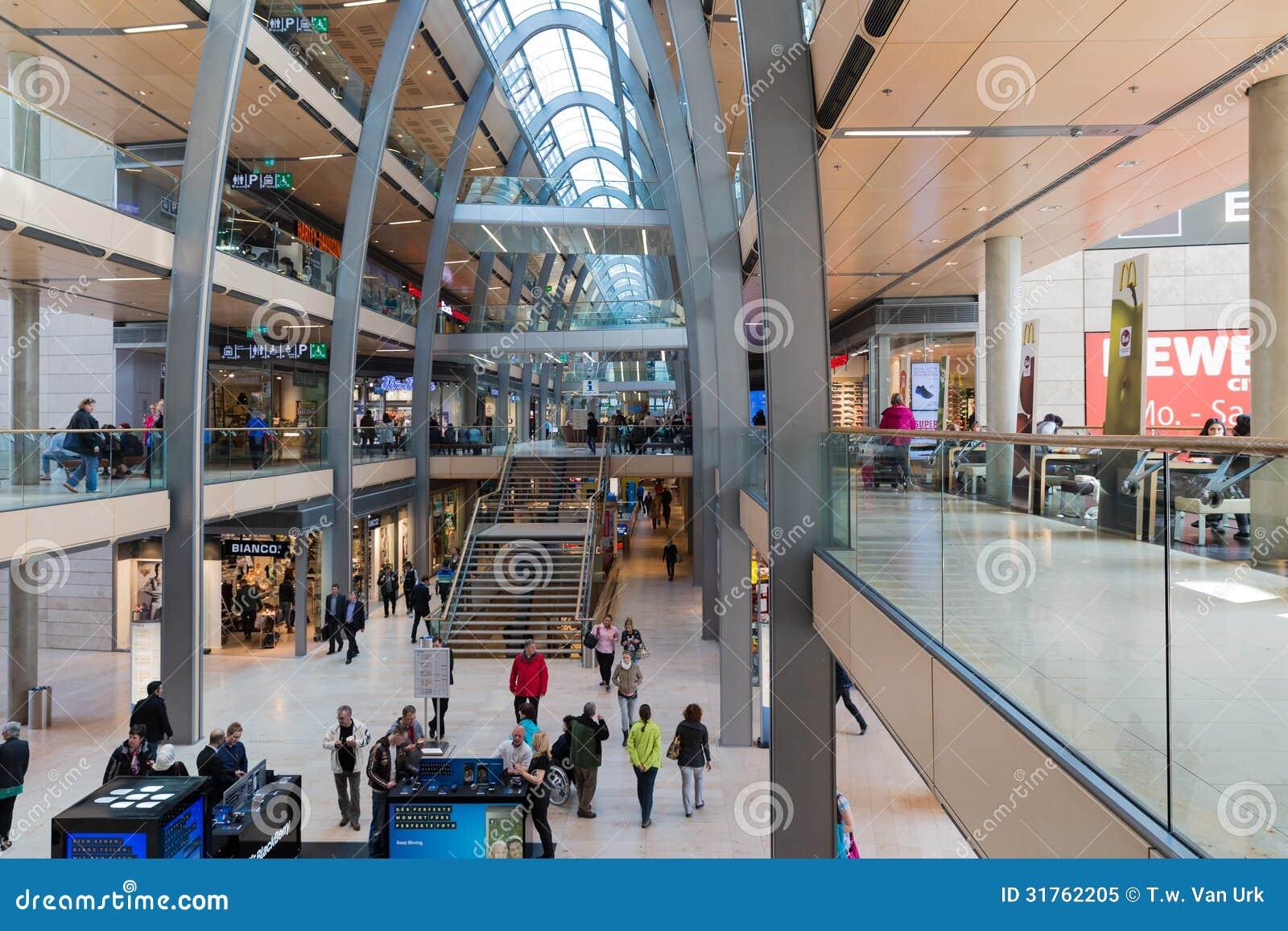 La gente nel centro commerciale Europassag a Amburgo