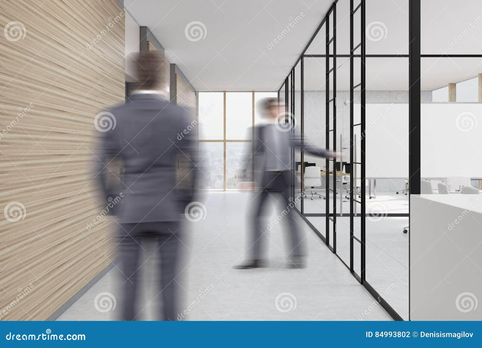 Ufficio Legno E Vetro : La gente nel corridoio dellufficio con le pareti di legno e di