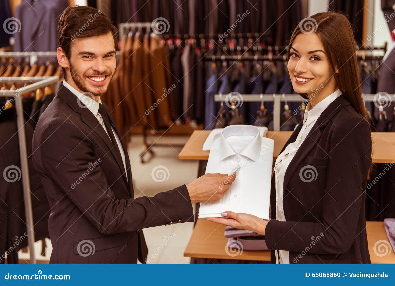 La gente nel negozio del vestito