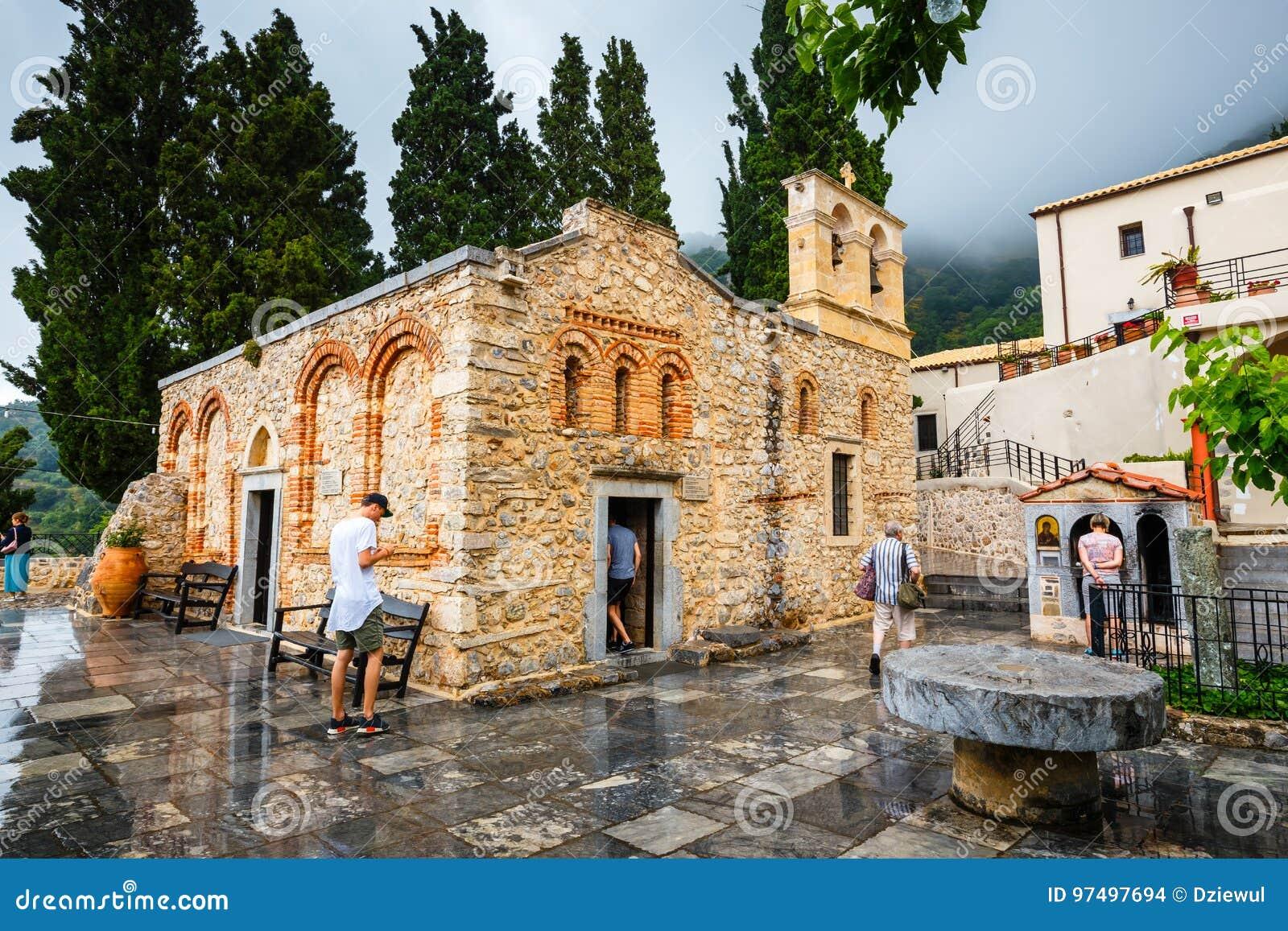 La gente no identificada visita el monasterio antiguo Kera Kardiotissa en Creta Grecia