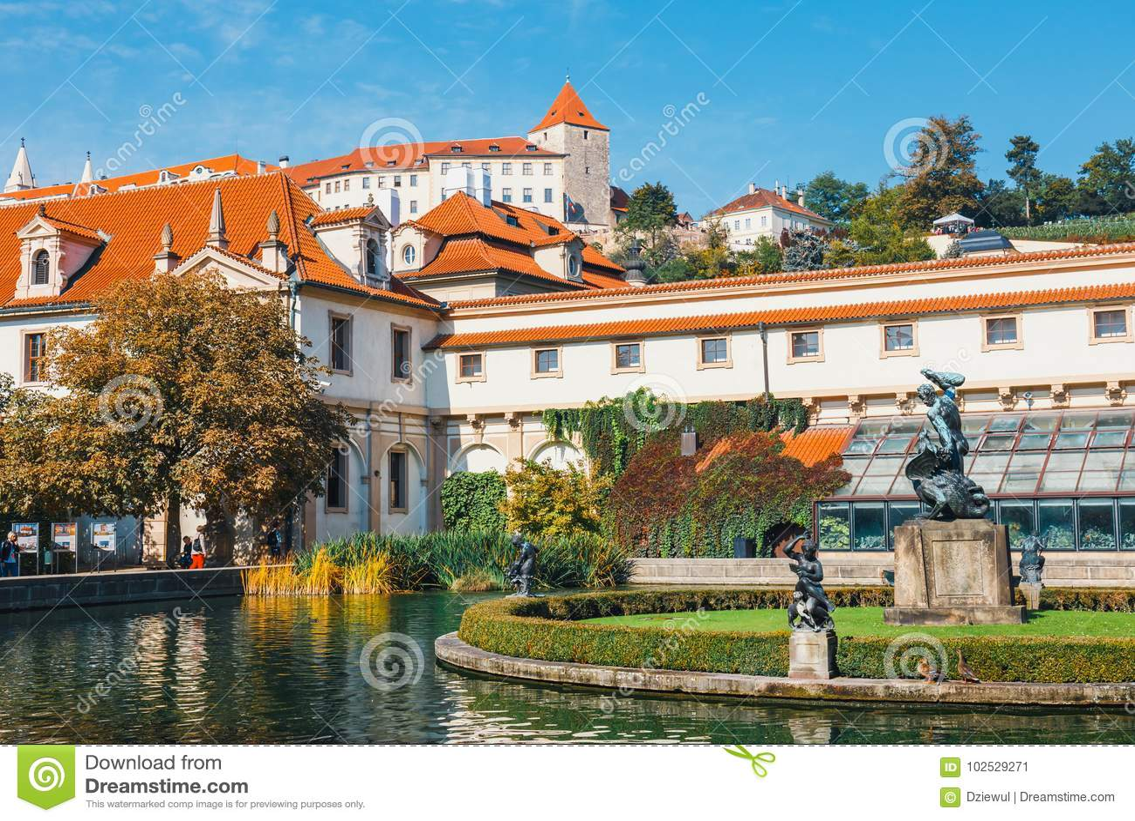 La gente no identificada visita el palacio de Wallenstein actualmente el hogar del senado checo en P