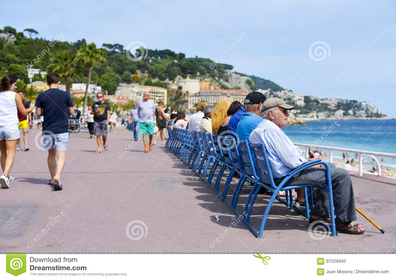 Sedie Blu Nizza : La gente a promenade des anglais in nizza francia immagine