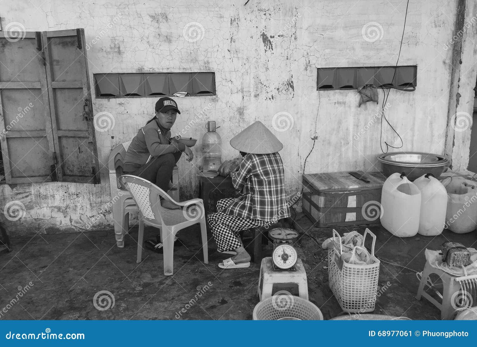La gente que comía las comidas de la calle en Phan sonó, Vietnam
