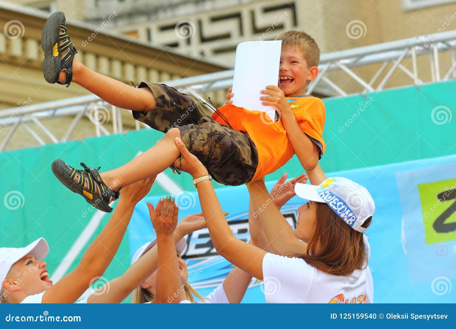La gente que lanzaba al finalista para arriba en el aire en Bayblade estalló la competencia