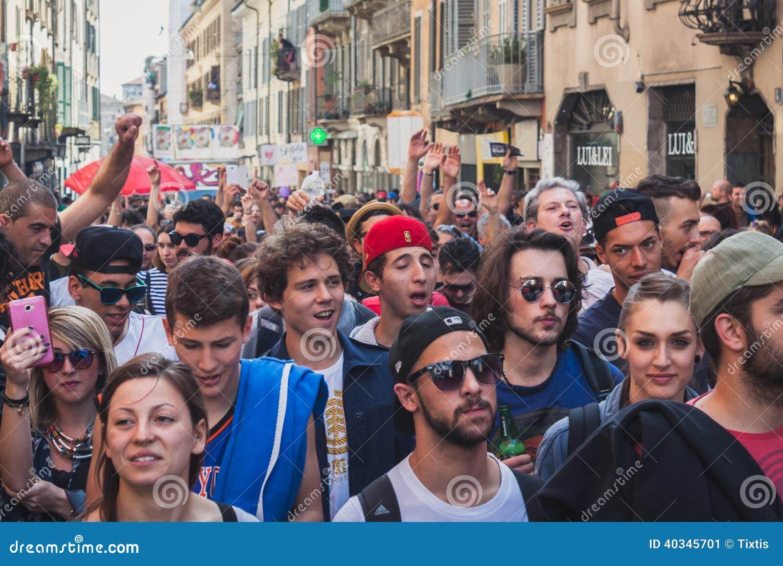 Pueblo Italiano - Página 9 La-gente-que-participa-en-primero-de-mayo-desfila-en-mil%C3%A1n-italia-40345701