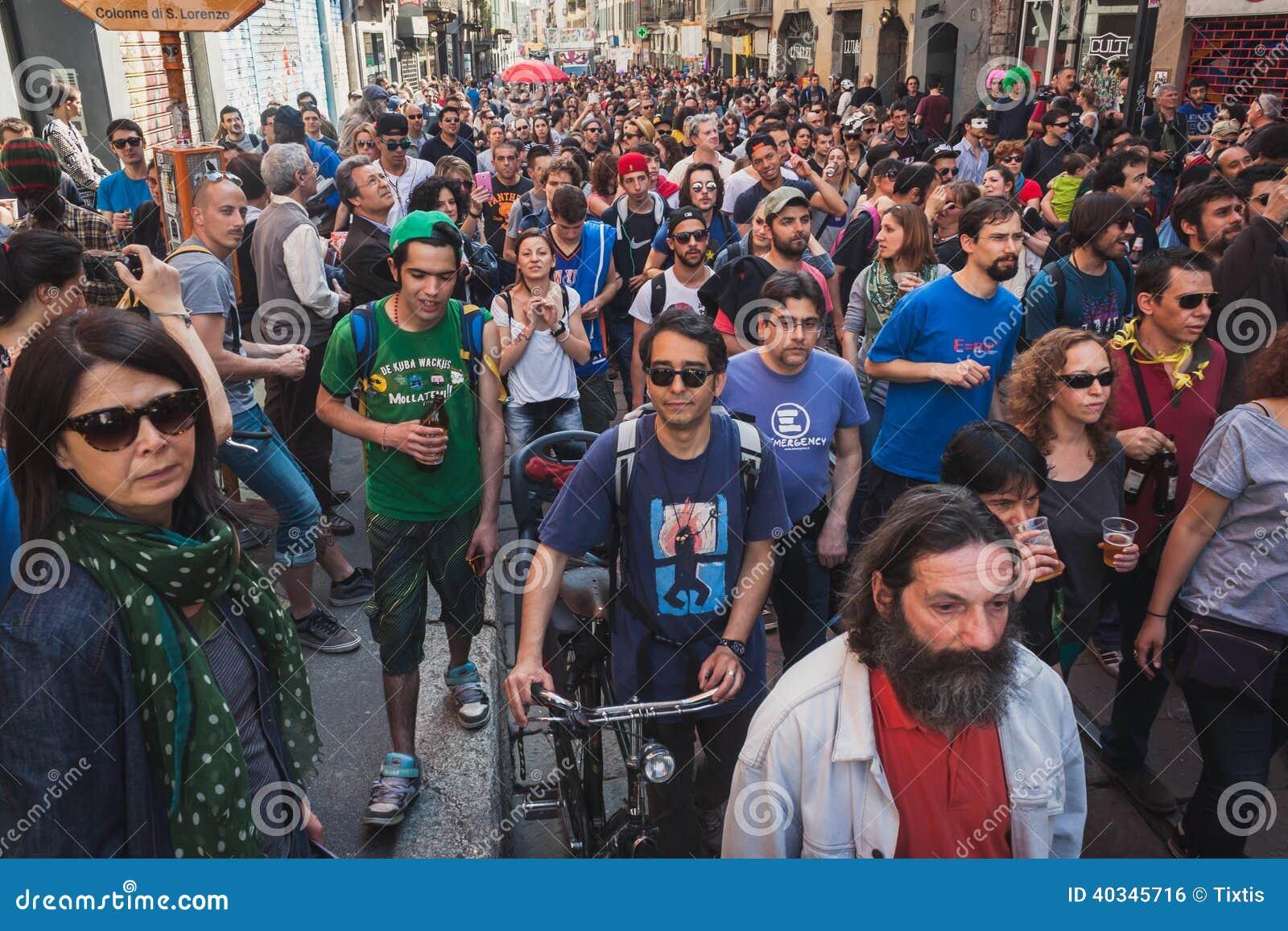 Pueblo Italiano - Página 9 La-gente-que-participa-en-primero-de-mayo-desfila-en-mil%C3%A1n-italia-40345716