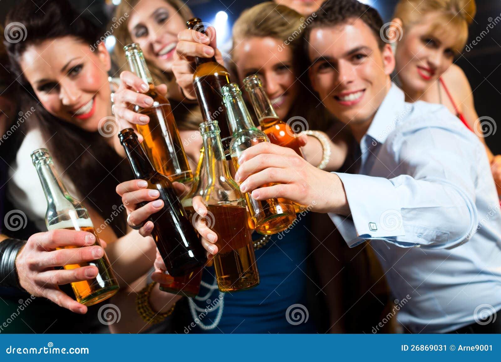 La gente in randello o birra bevente della barra