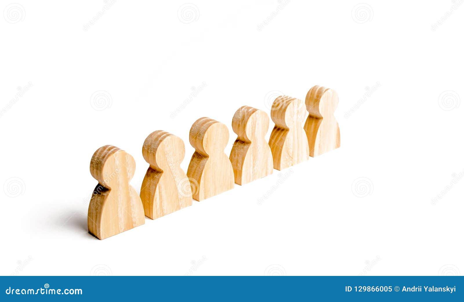 La gente se coloca en una formación en un fondo blanco Disciplina y orden, presentación Antes de una orden La gente se coloca ade