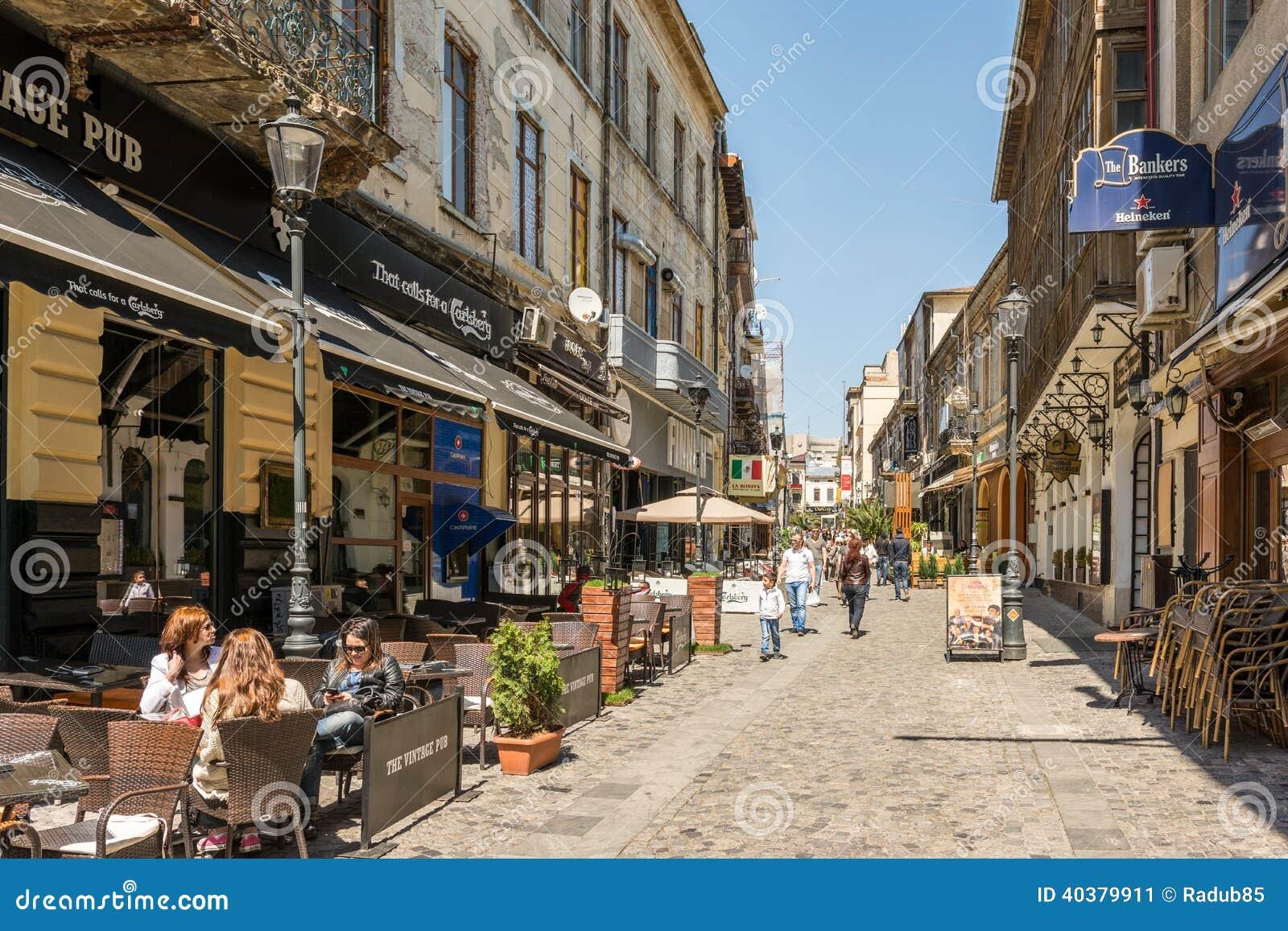 La gente si rilassa nella città del centro di Bucarest