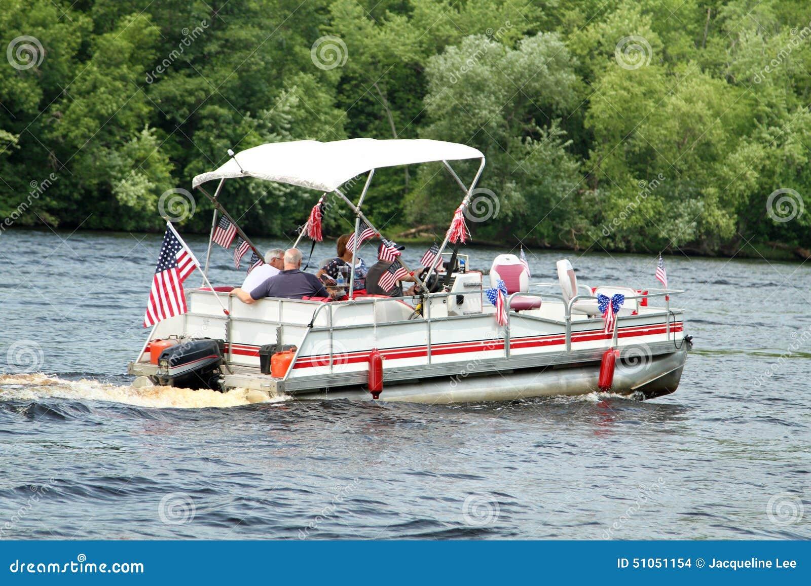 La gente sul pontone nella parata sul fiume per celebrare festa dell indipendenza, il quarto di luglio