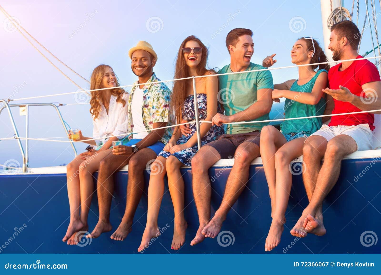 La gente sulla risata dell yacht