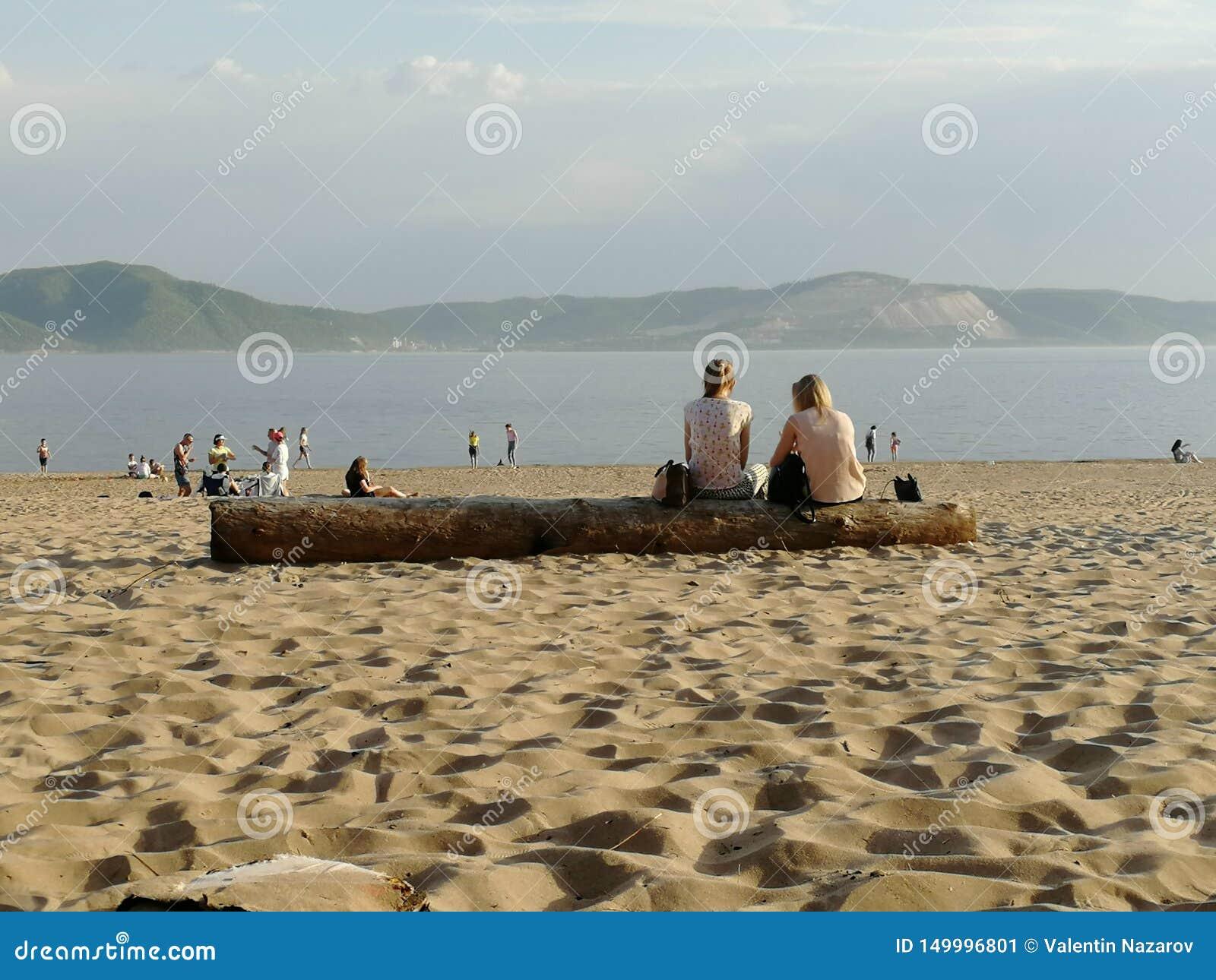 La gente sulla spiaggia, freands, comunicazione, coppie