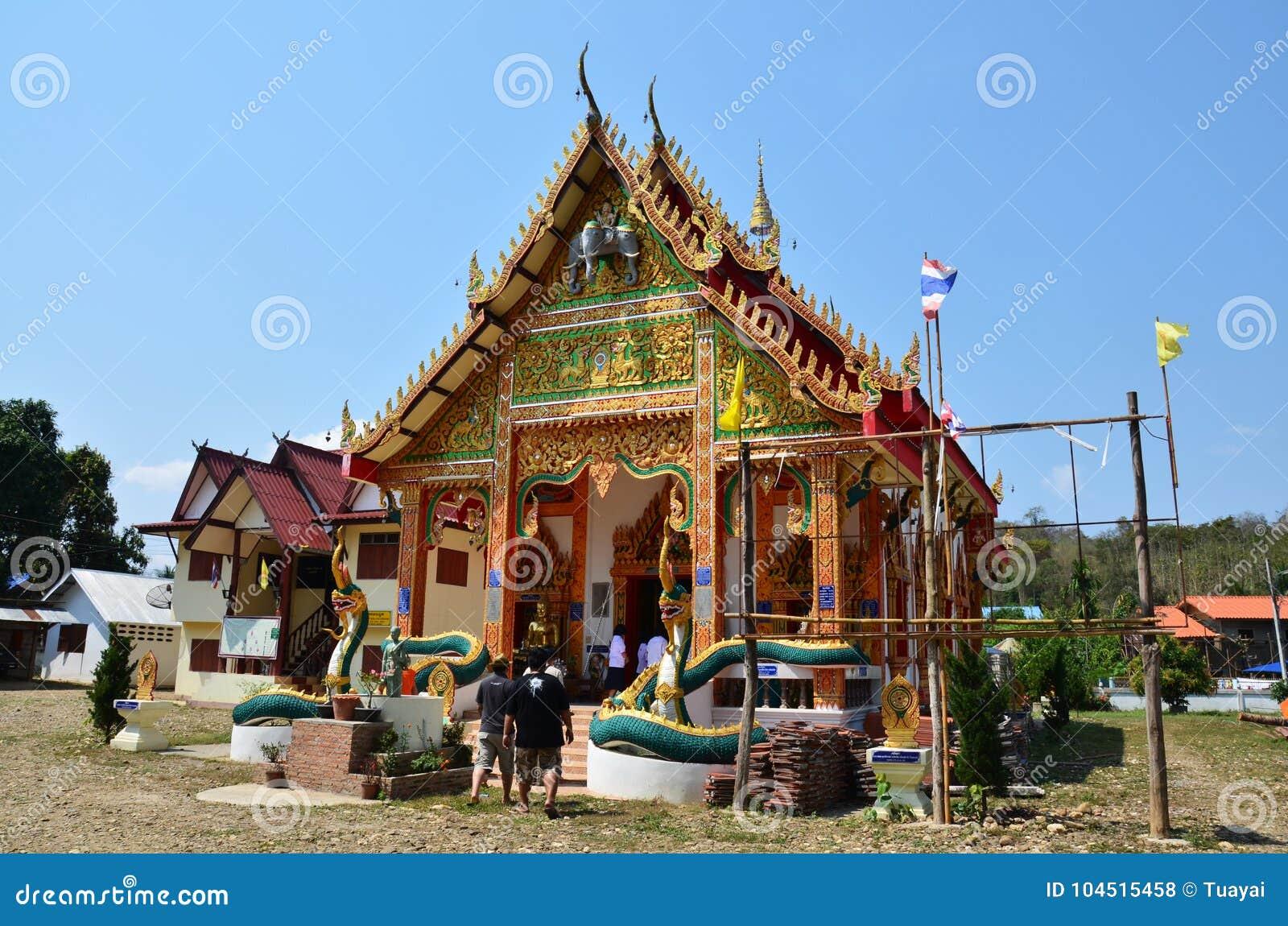 La gente tailandese di Travlers va al tempio di Wat Don Moon per pregare