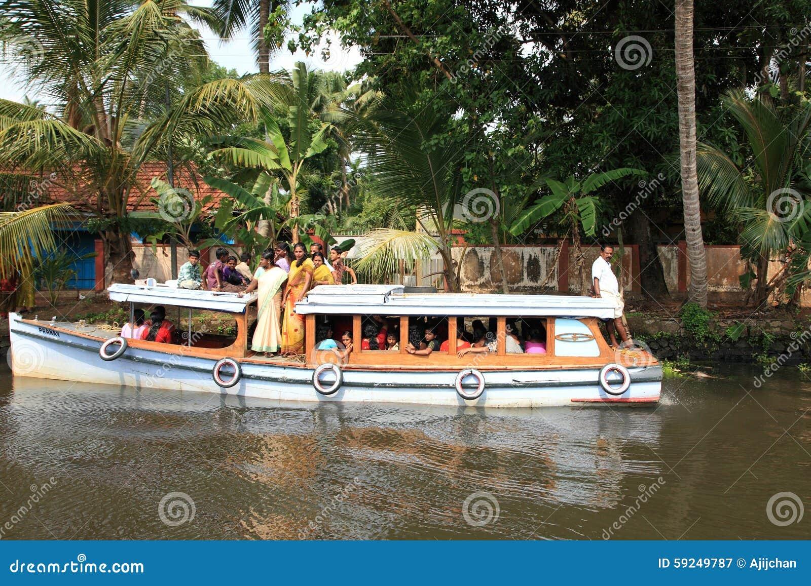 La gente viaja en un pequeño barco de pasajero en los remansos