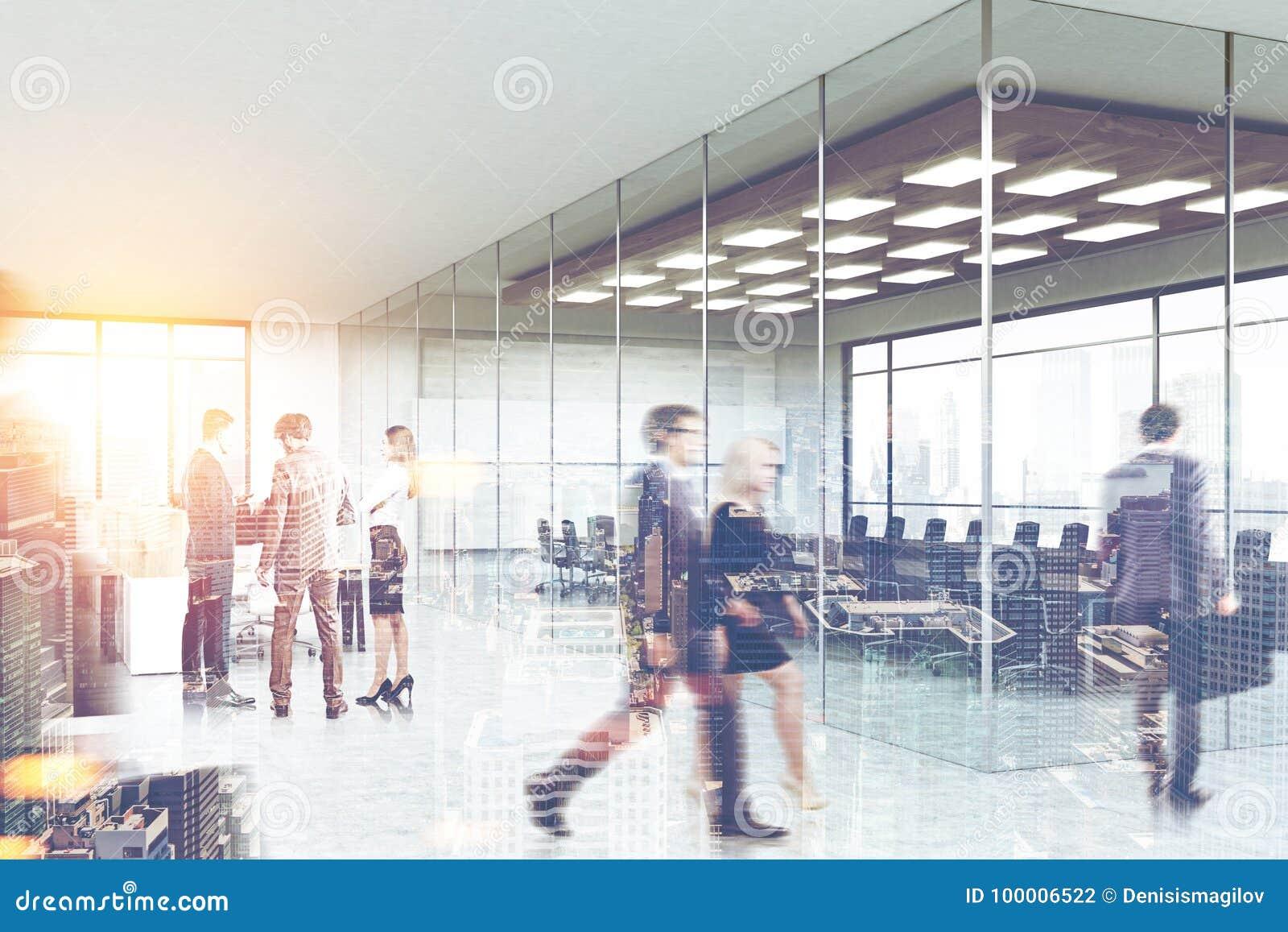 La gente vicino ad una sala riunioni, vista laterale dell ingresso dell ufficio