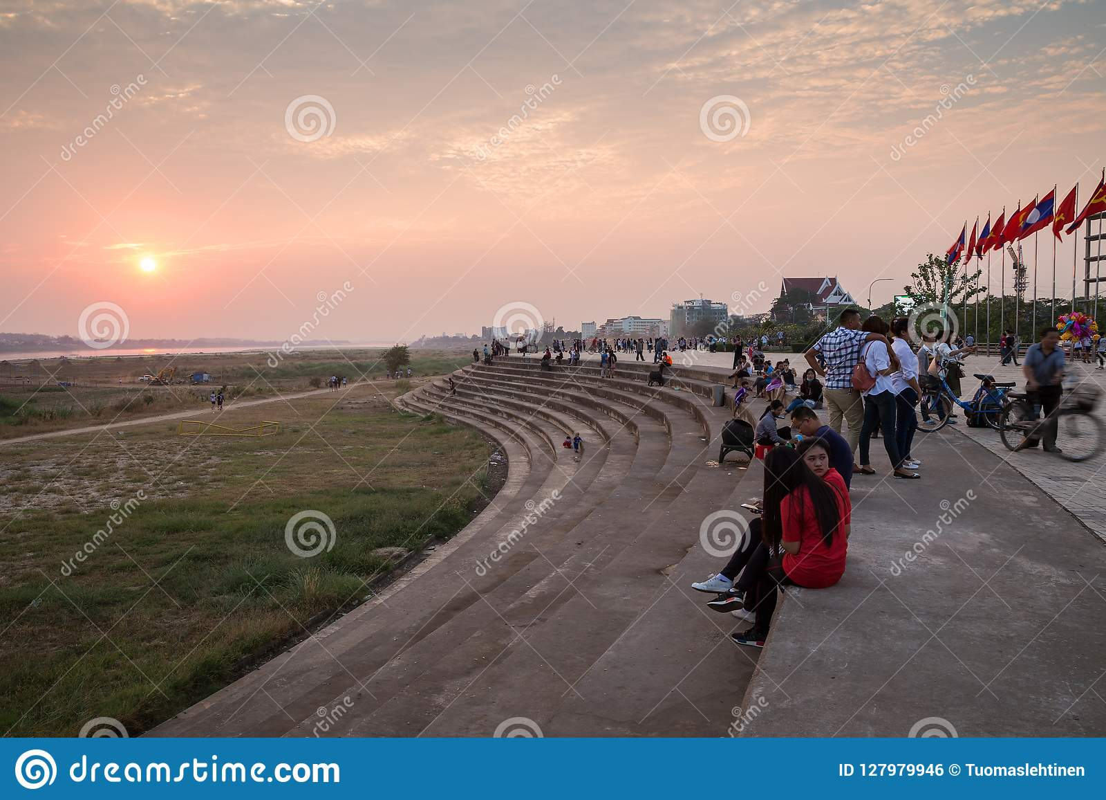 La gente a Vientiane al tramonto