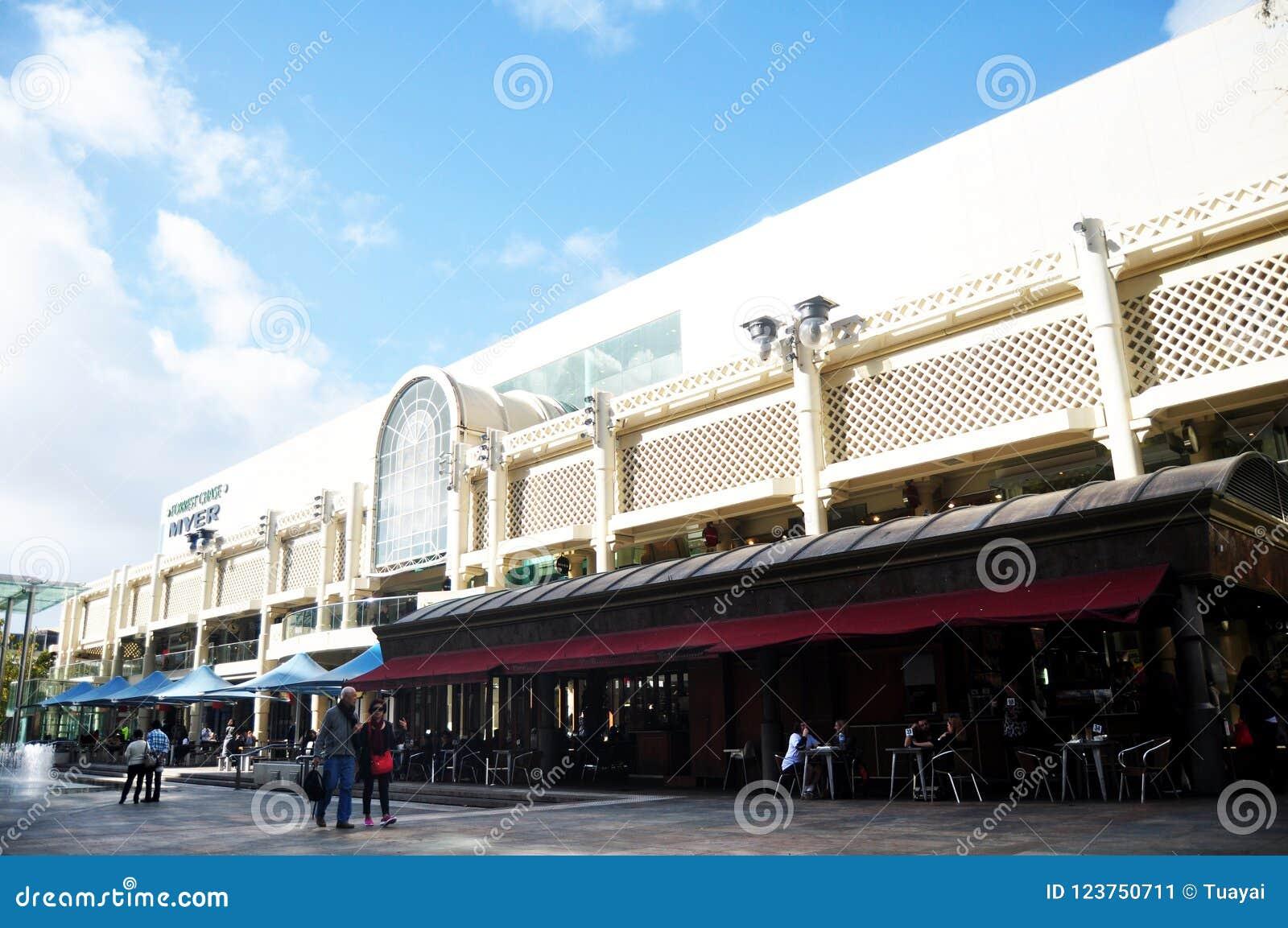 La gente visitó viaje y compras en Myer City Store en Perth, Australia