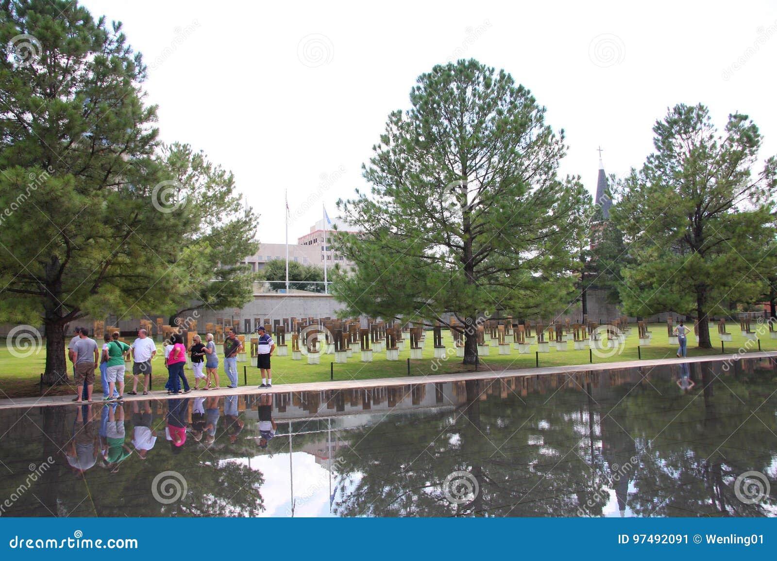 La gente visita il memoriale nazionale in Oklahoma