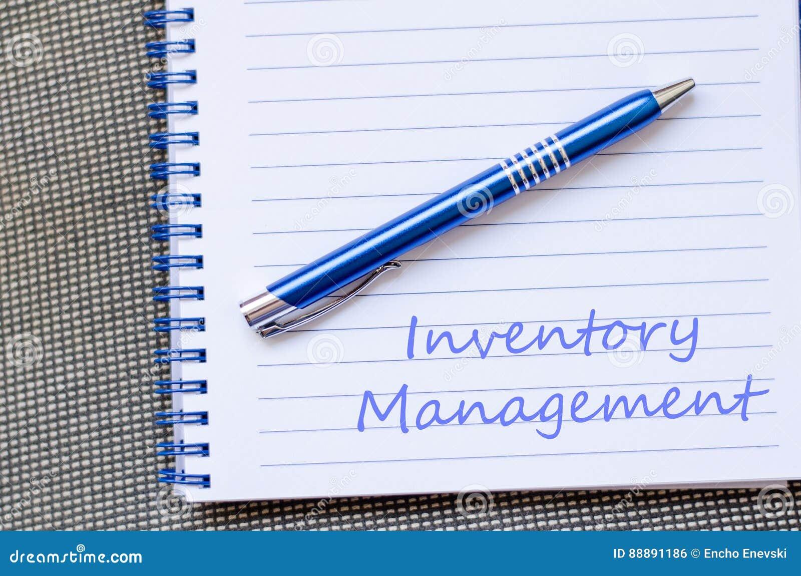La gestión de inventario escribe en el cuaderno