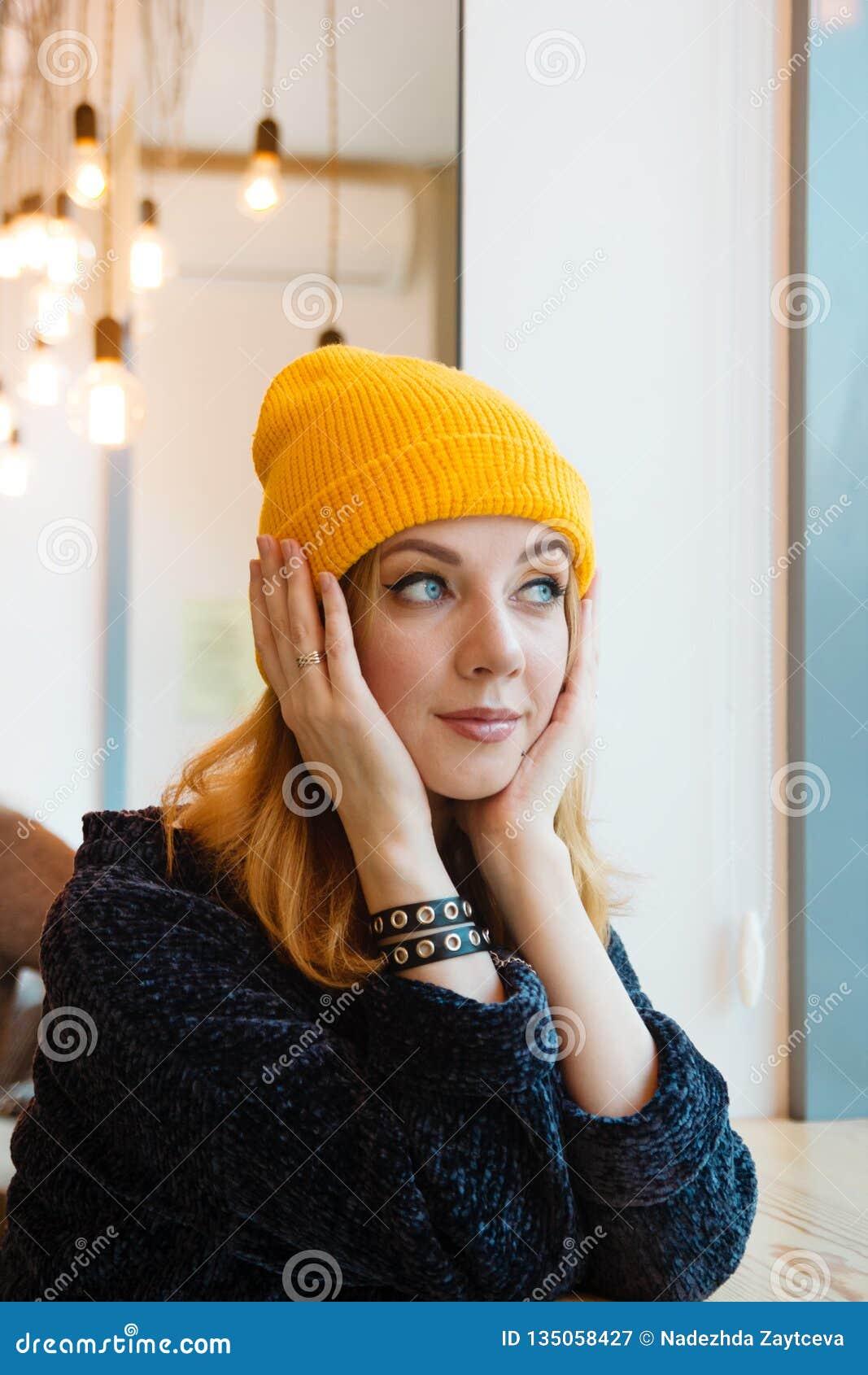La Giovane Donna Con Gli Occhi Azzurri Ed I Capelli Biondi ...