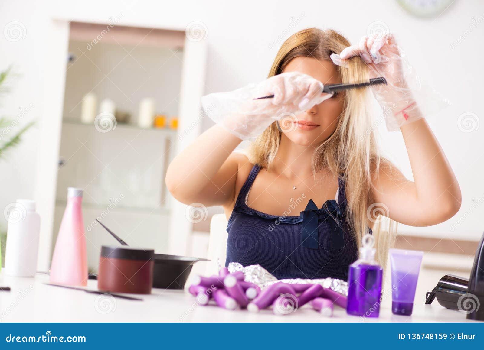 La Giovane Donna Con I Bigodini Al Parrucchiere Immagine ...