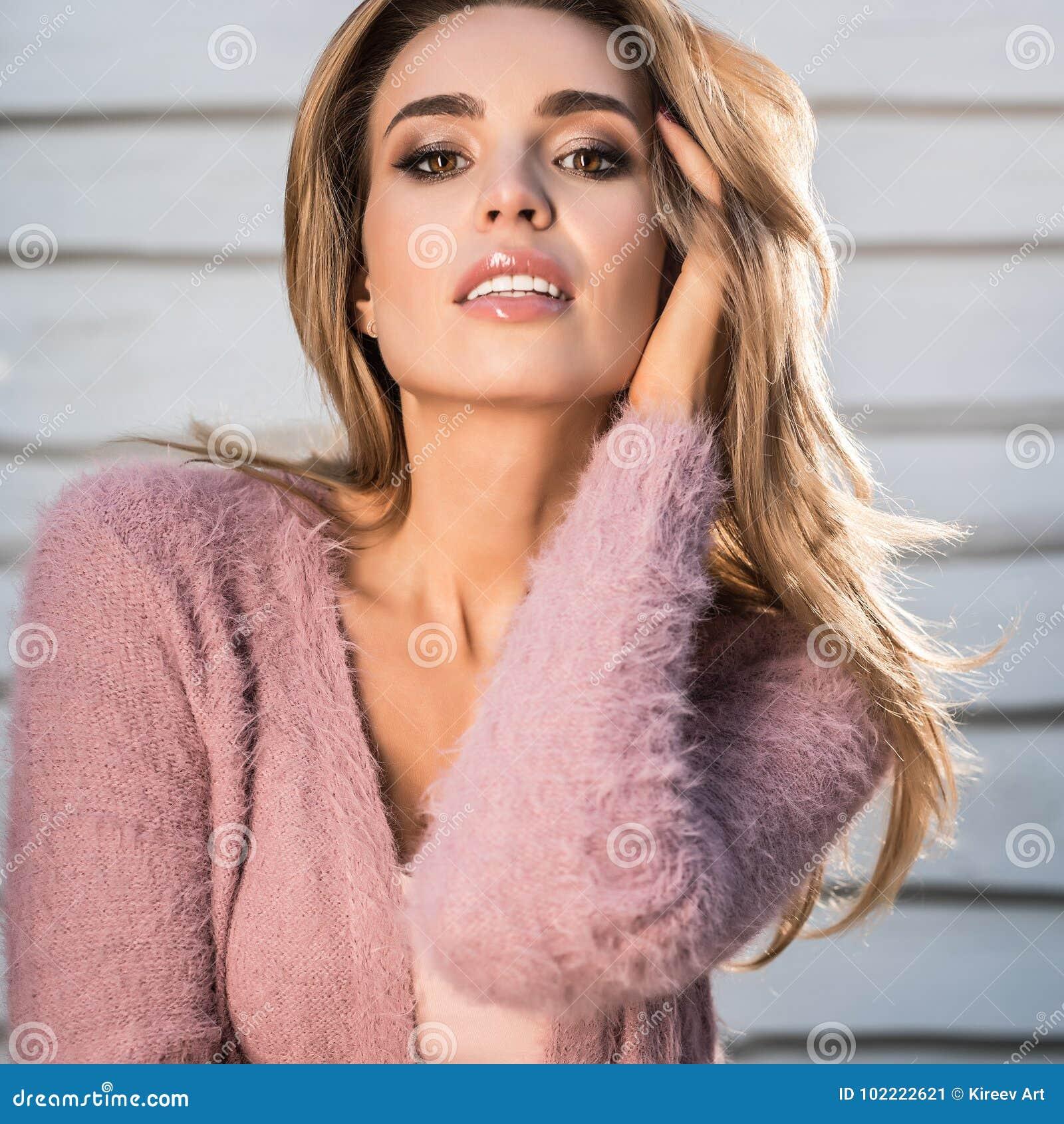 50d78ef810 La Giovane Donna Di Bellezza & Sensuale In Abbigliamento Casual Posa ...