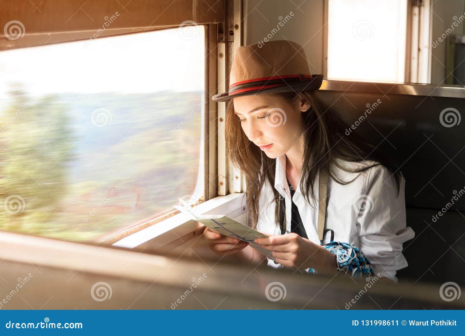 La giovane donna di viaggiatore con zaino e sacco a pelo dell Asia viaggia in treno