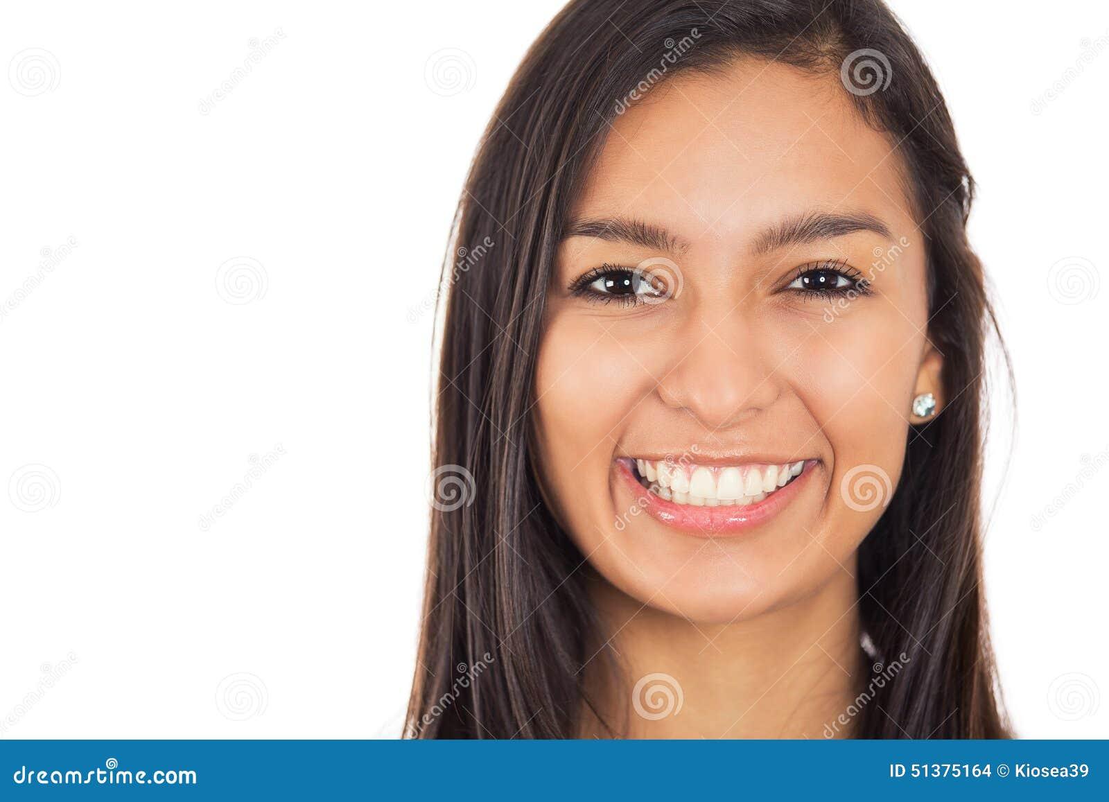 La giovane donna felice con il sorriso perfetto ha isolato il fondo bianco