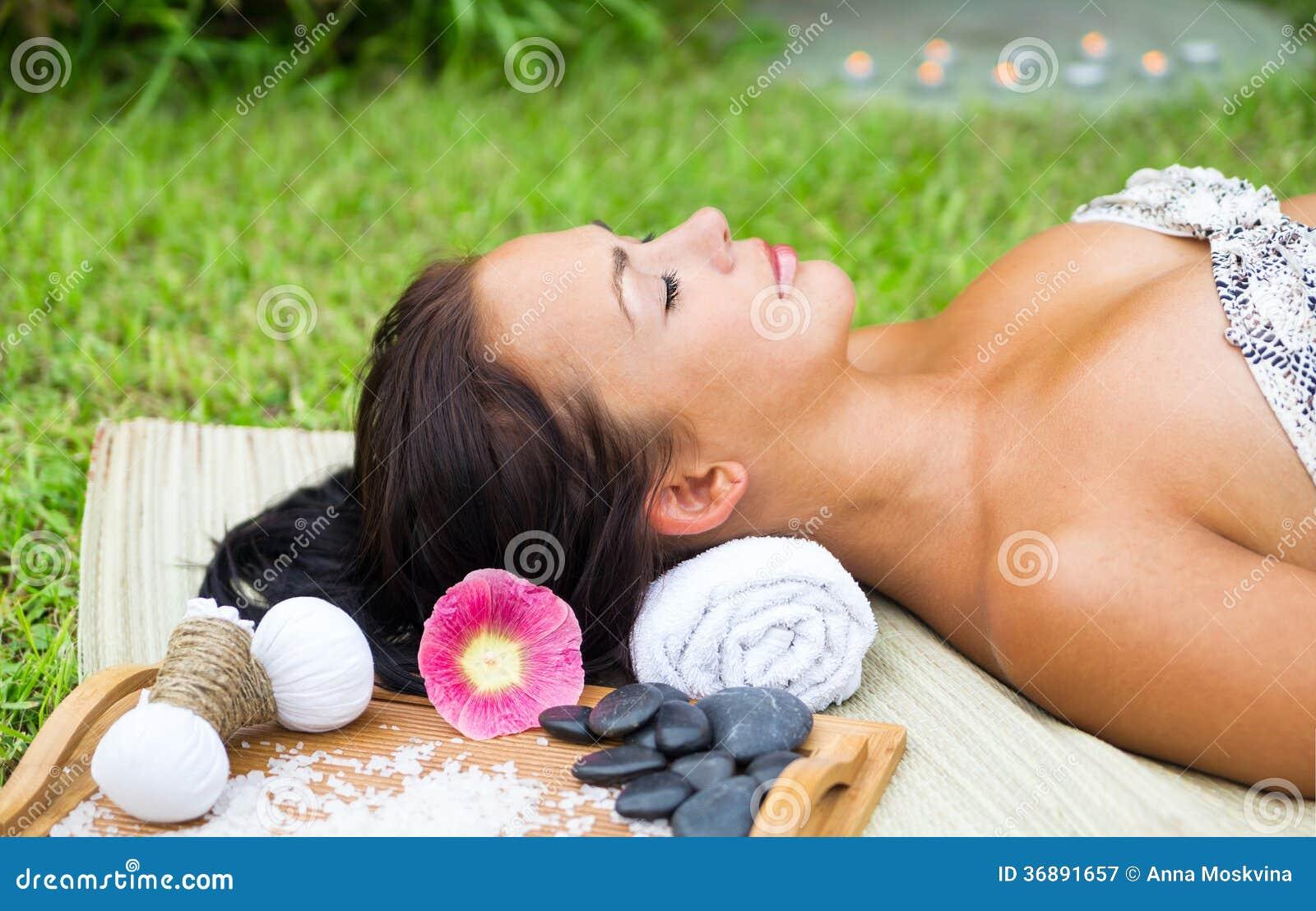 Download La Giovane Donna Graziosa Si Rilassa Immagine Stock - Immagine di occhi, cura: 36891657