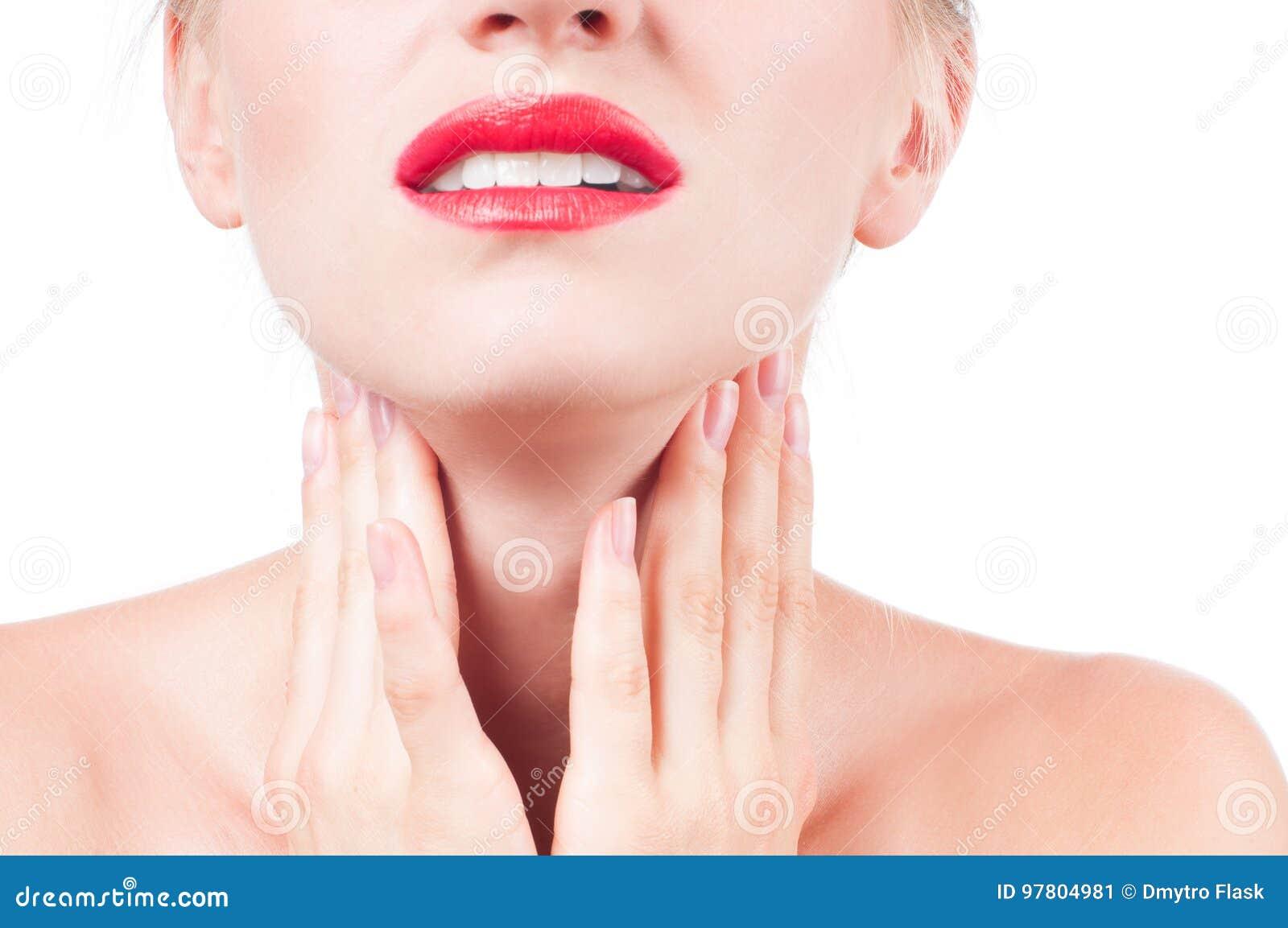 La giovane donna ha gola irritata che tocca il collo