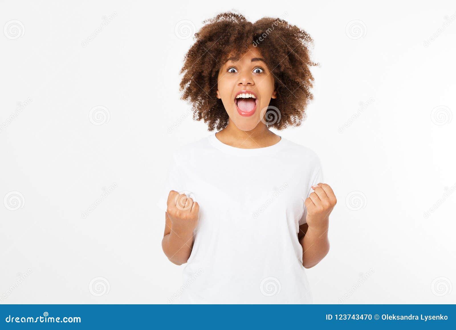 La giovane donna scura felice della pelle isolata su fondo bianco in maglietta copre Copi lo spazio Derisione su Maglietta bianca
