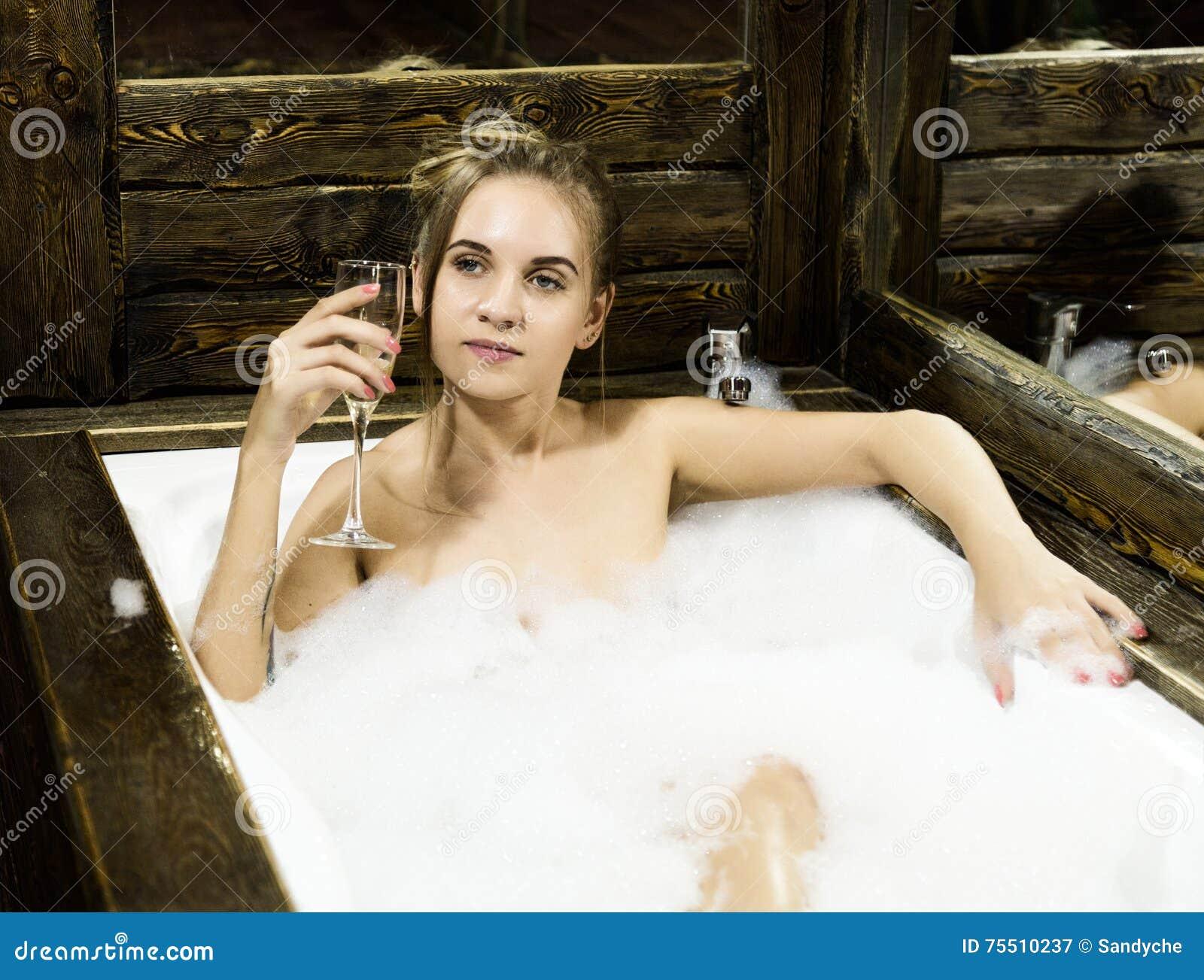 La Giovane Donna Sorridente Nuda Con Capelli Lunghi E ...